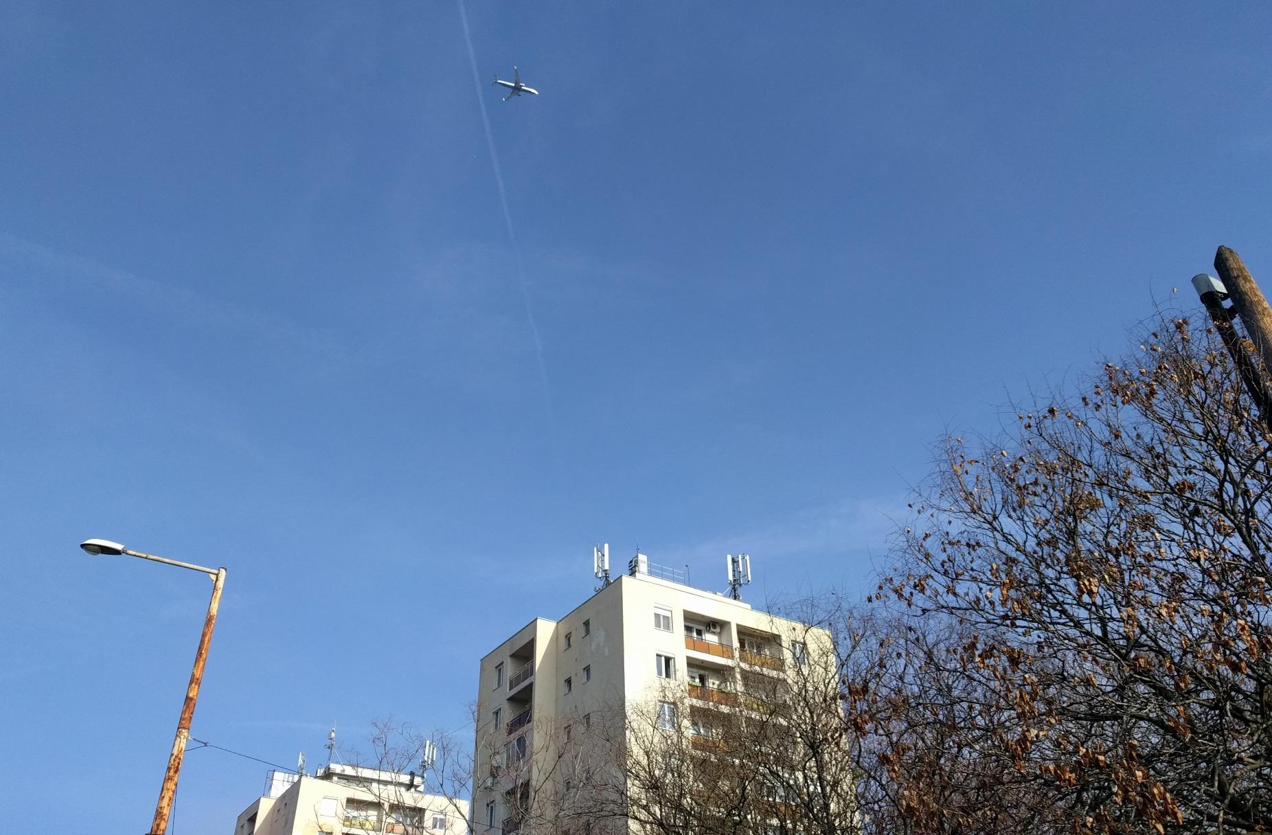 Fél nap alatt 112 repülőgép szállt el egy zuglói ház fölött