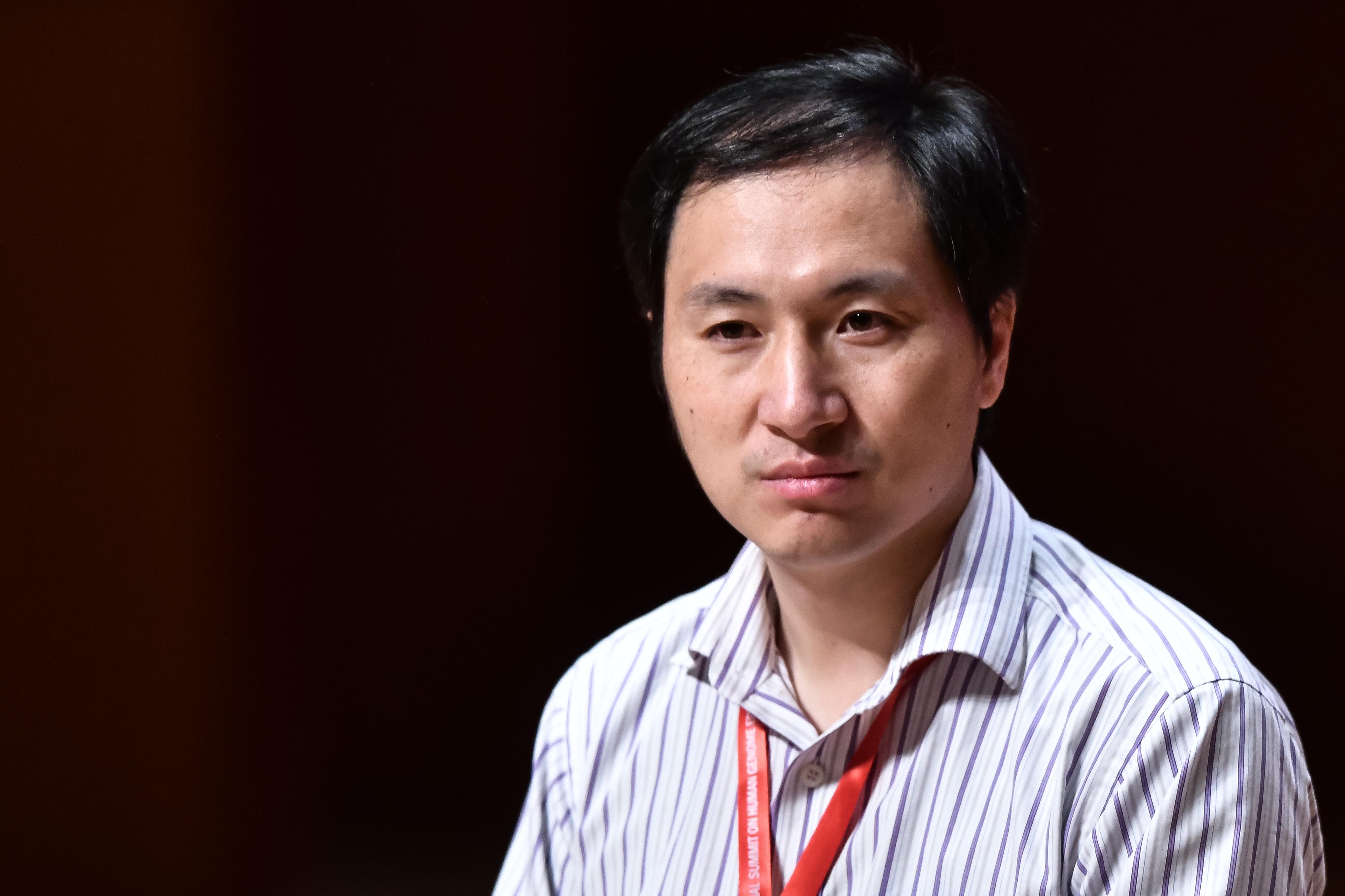 Három év börtönre ítélték a kínai tudóst, aki átszerkesztette egy születendő ikerpár génjeit