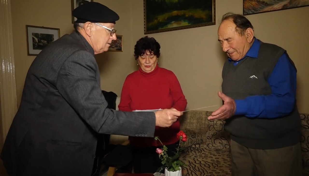 A fideszes bácsi személyesen viszi ki a karácsonyi Erzsébet-utalványt a makói nyugdíjasoknak