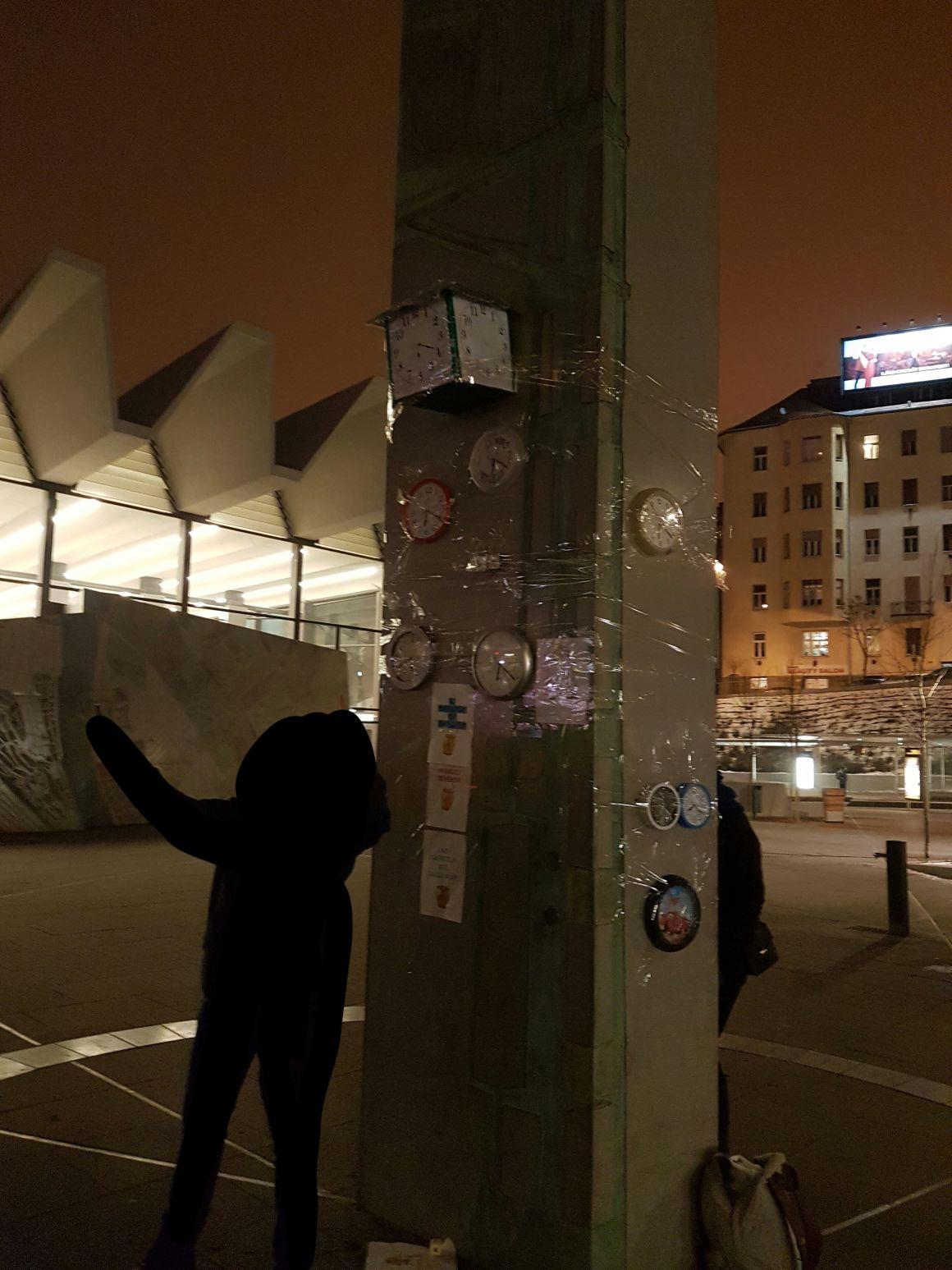 Nyilván soha az életben nem fog járni a Moszkva téri óra, ezért a városlakók megint magántulajdonú órákat fognak ráragasztani
