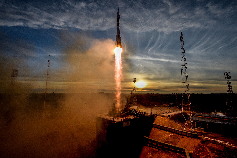 Három űrhajóssal a fedélzetén újra elindult a Szojuz az űrbe