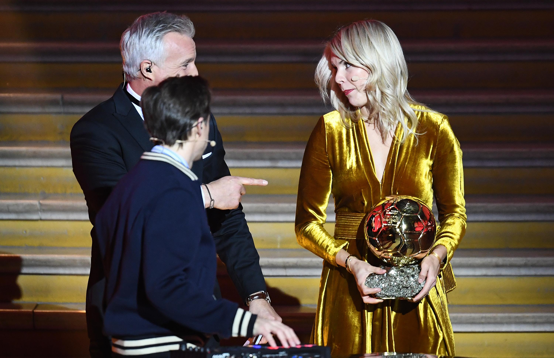 Bocsánatot kért a dj, aki arról kérdezte a díjátadón az első Aranylabdát nyerő nőt, tudja-e szexin hullámoztatni a fenekét