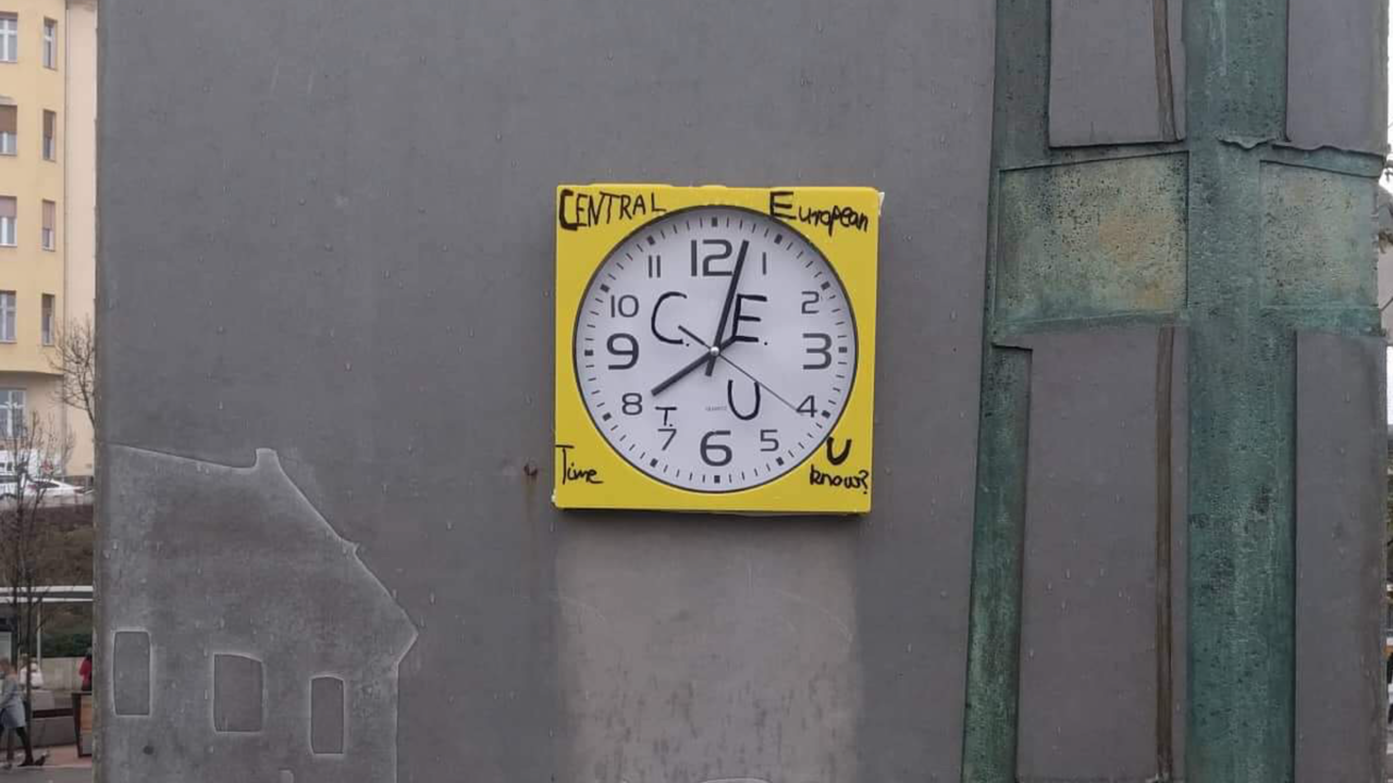 Az örökké rossz óráról és a CEU-ról is megemlékezik a Moszkva téren tiltakozásból kiragasztott falióra