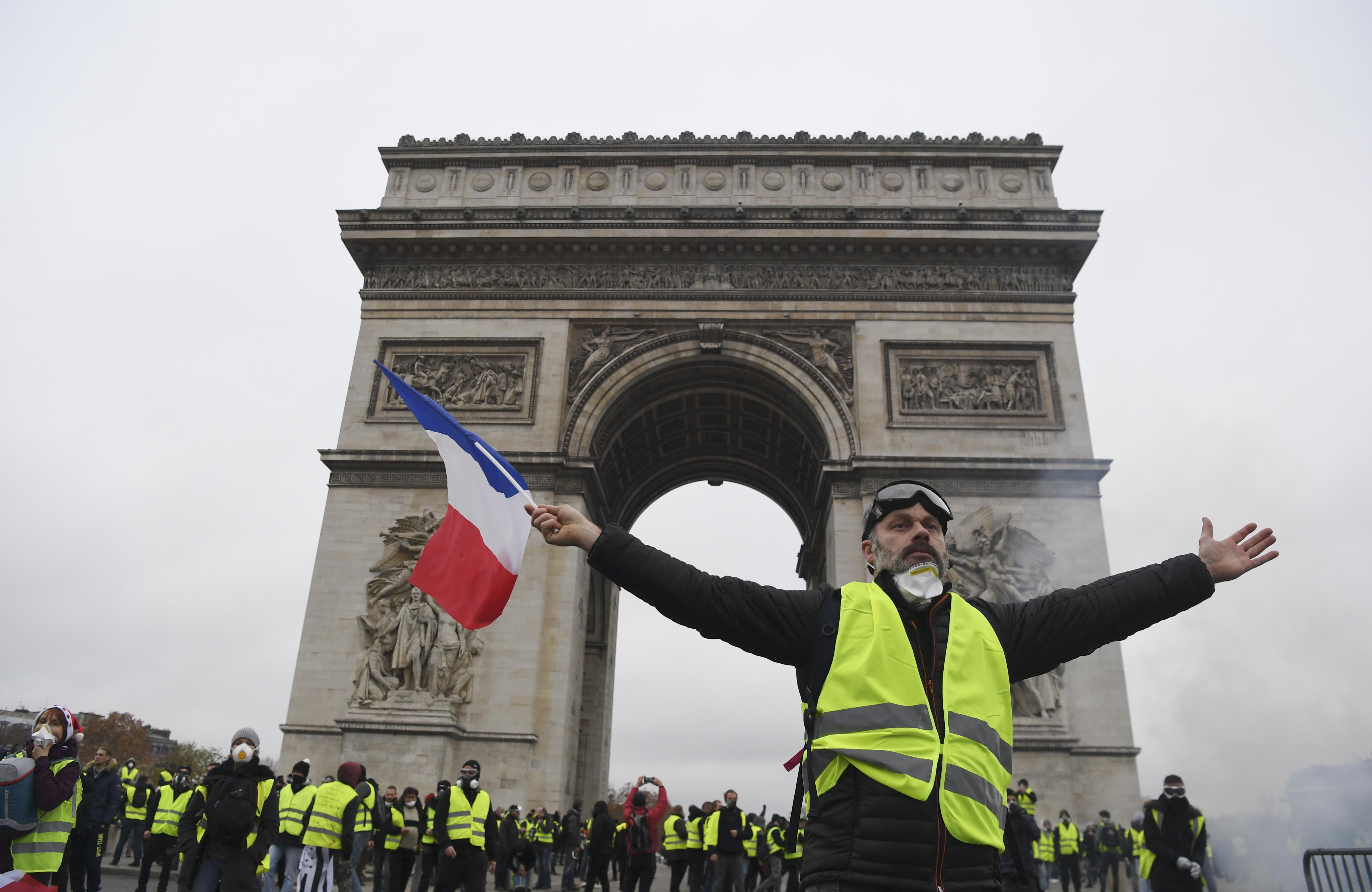 A franciák 55 százalékának elege van a sárga mellényes tiltakozókból, Macron népszerűsége pedig nőtt