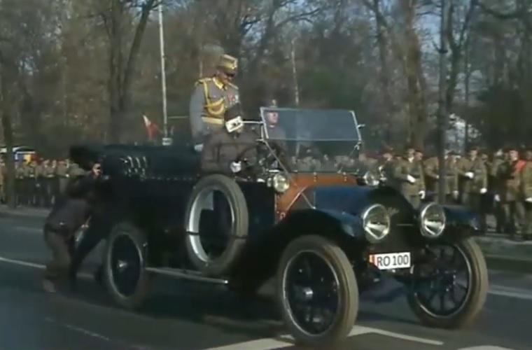 A román katonai parádé nem túl dicső pillanata: lerohadt egy veterán autó