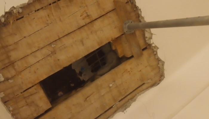 Leszakadt a plafon egy szolnoki gimnáziumban, a lyuk javítás helyett karácsonyi díszítést kapott