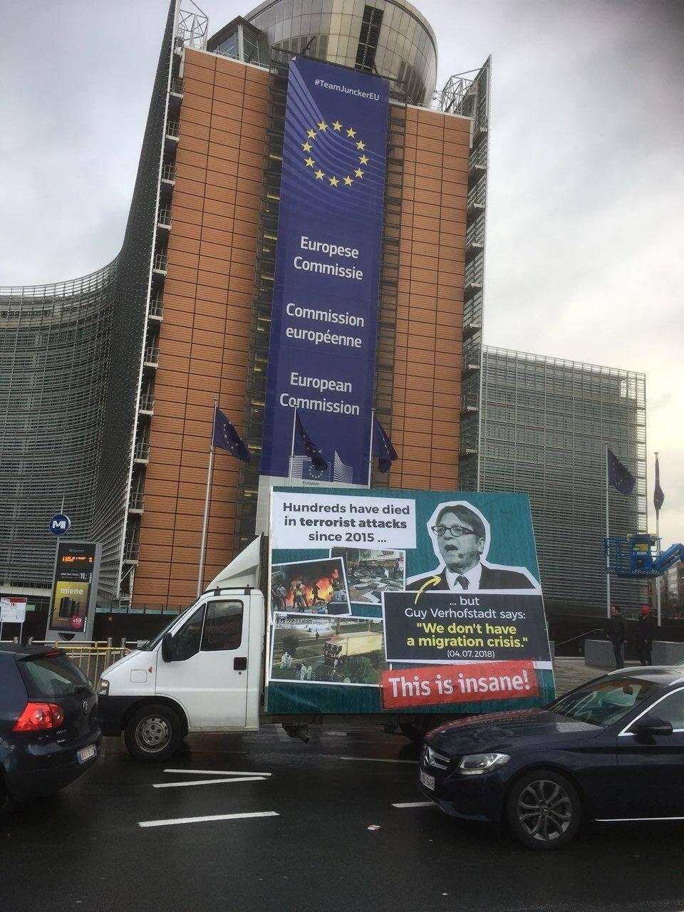 Magyarország kormánya büszkén hordozza körbe Brüsszelben legújabb migránsozós remekművét