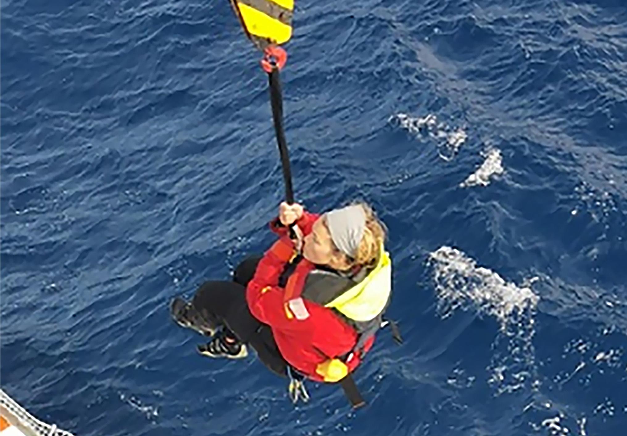 Egy 40 ezer tonnás konténerszállító hajó mentette meg a tengeren hánykolódó vitorlázót