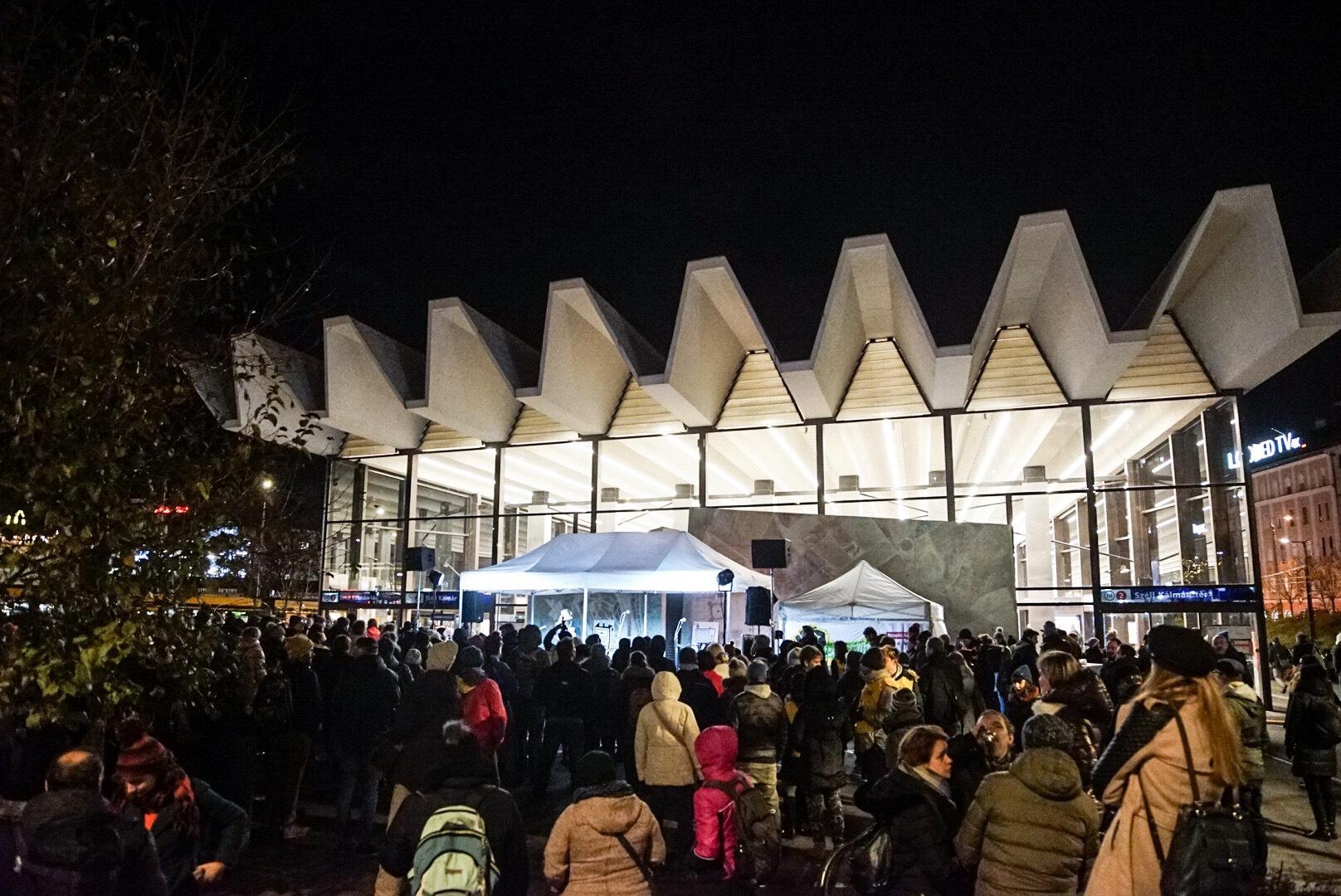 Több százan a hajléktalanokat segítő adománygyűjtő koncerten a Széll Kálmán téren