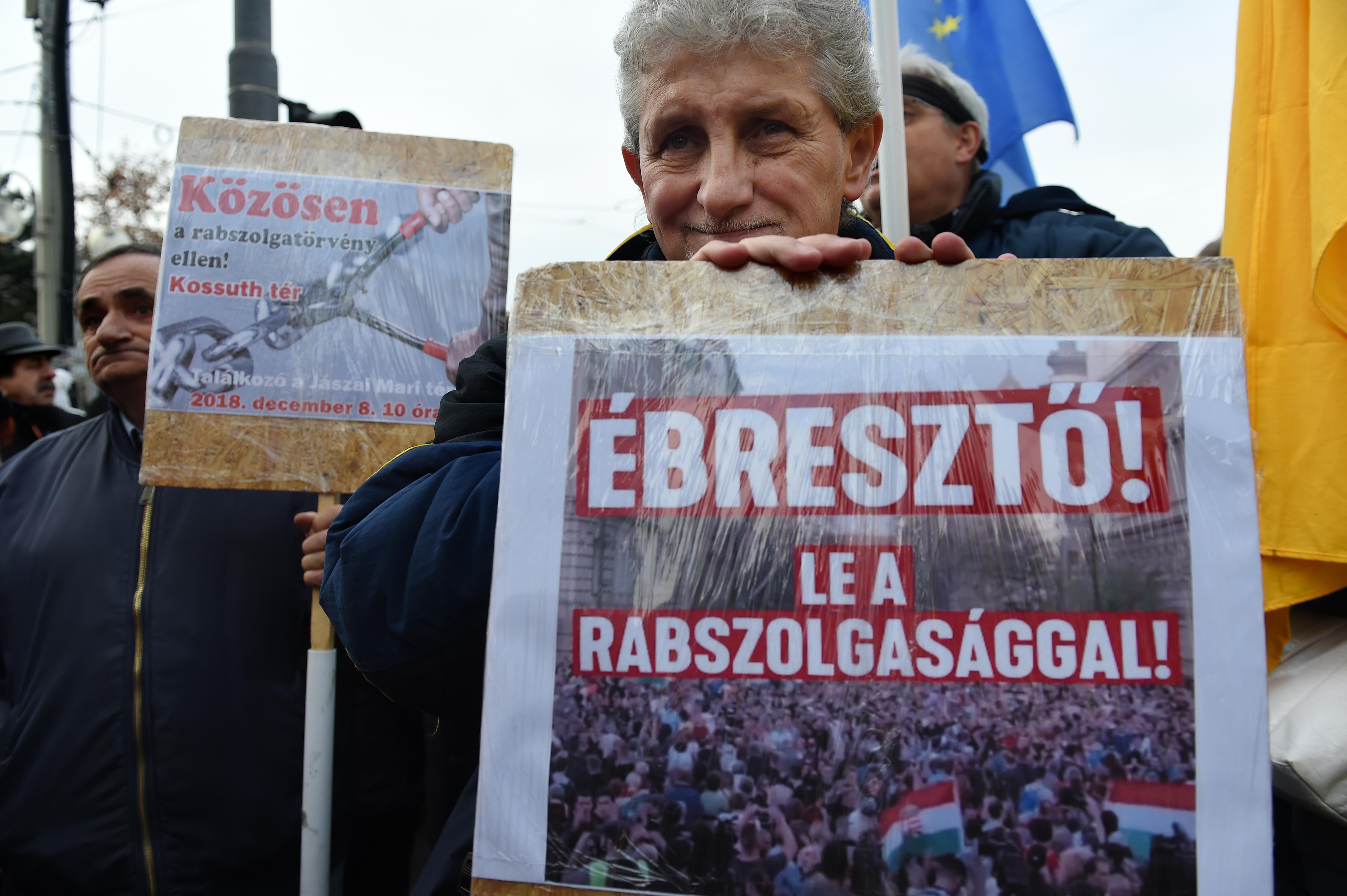 Fogadóóráikon kérdezik fel a fideszes képviselőket a túlóratörvény ellen tiltakozók