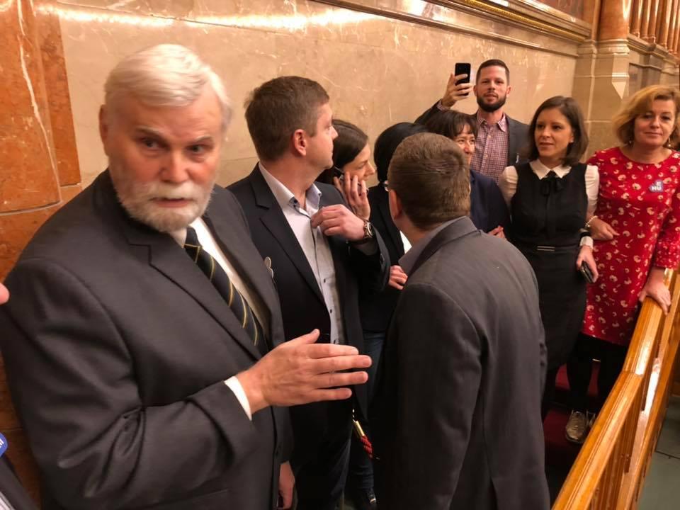 Elfoglalta az ellenzék a parlamenti pulpitust