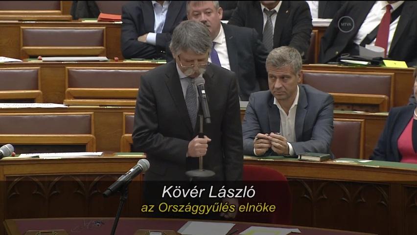 Kövérék a padsorokból vezénylik le az ülést, bevonultak a terembe Orbán testőrei