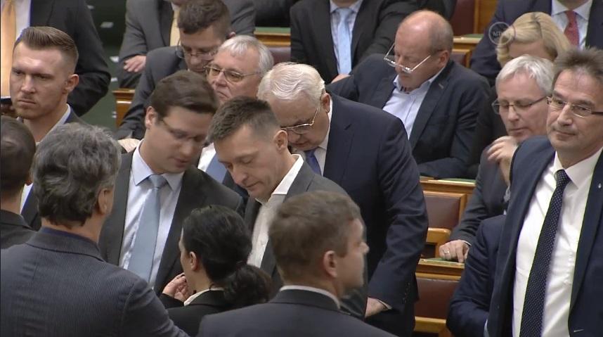 Az ellenzék szerint három ok miatt is szabálytalanul szavaznak a Parlament botrányos ülésén a kormánypárti képviselők