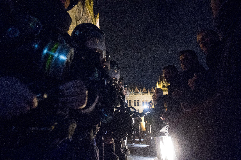 Péntek estére két mentőautót rendelt a rendőrség a Kossuth térre