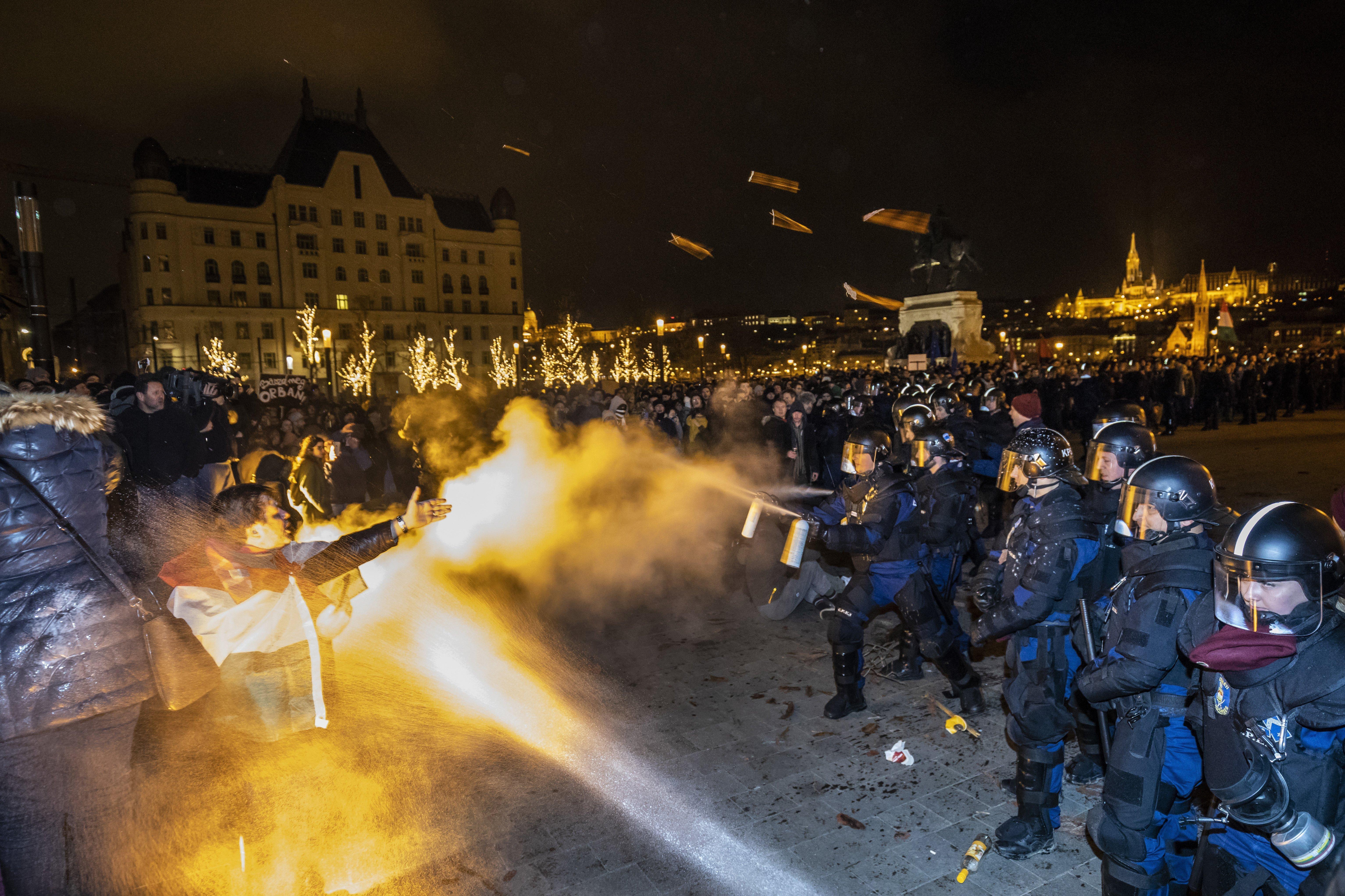 Parlamenti botránytól könnygázig – december 12. képekben