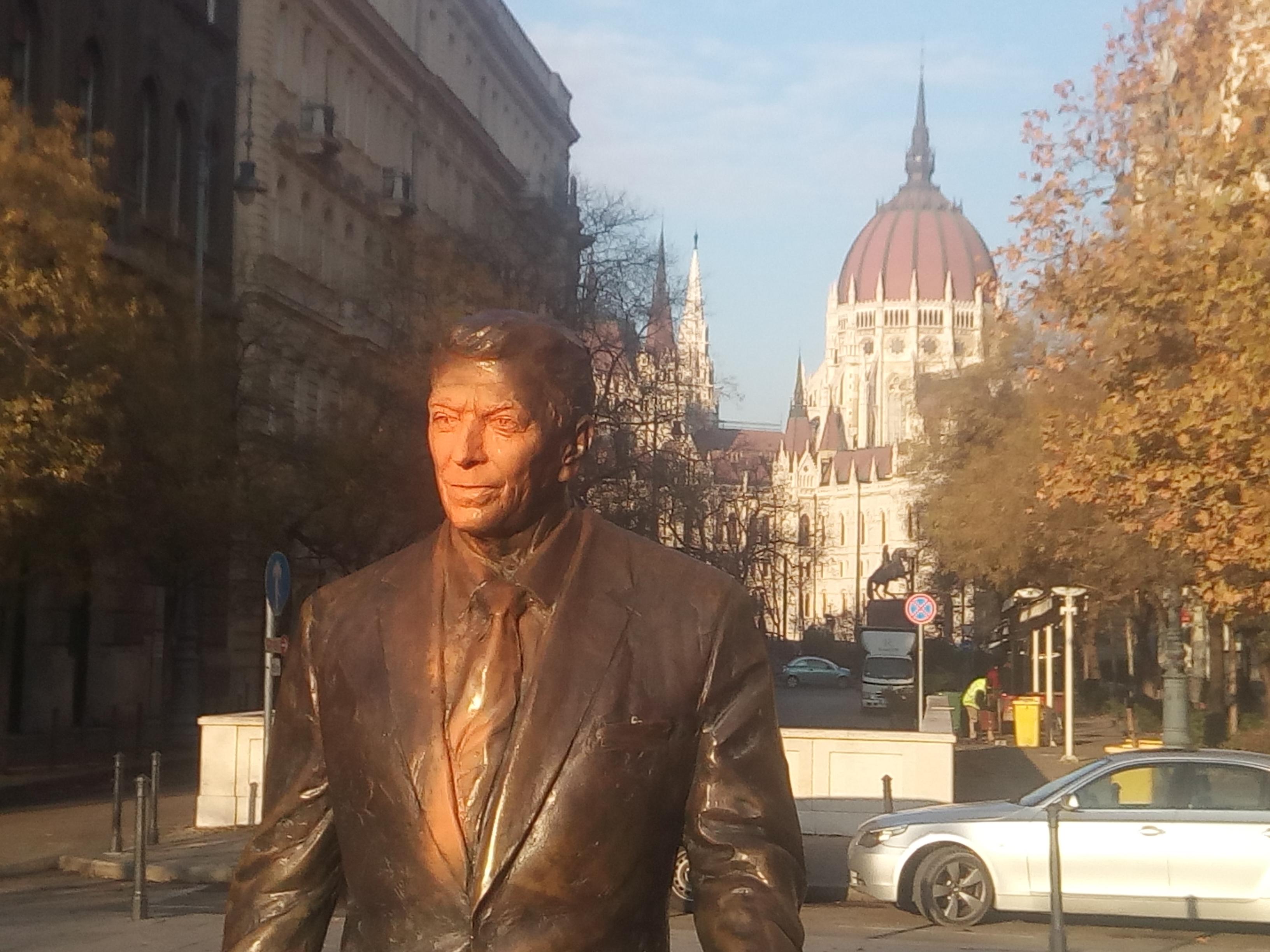 Festékkel öntötték le Reagan budapesti szobrát, és aláírták, hogy háborús bűnös