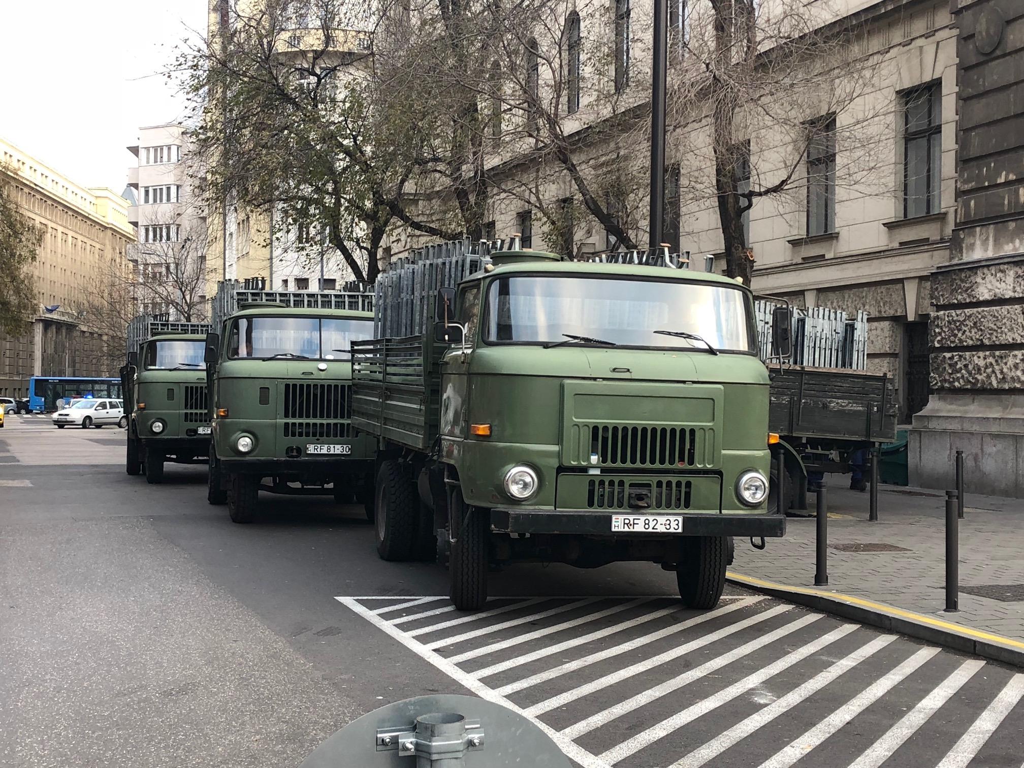 A rendőrség 480 méternyi kordont halmozott fel a Szalay utca sarkán, lezárhatják a Kossuth teret