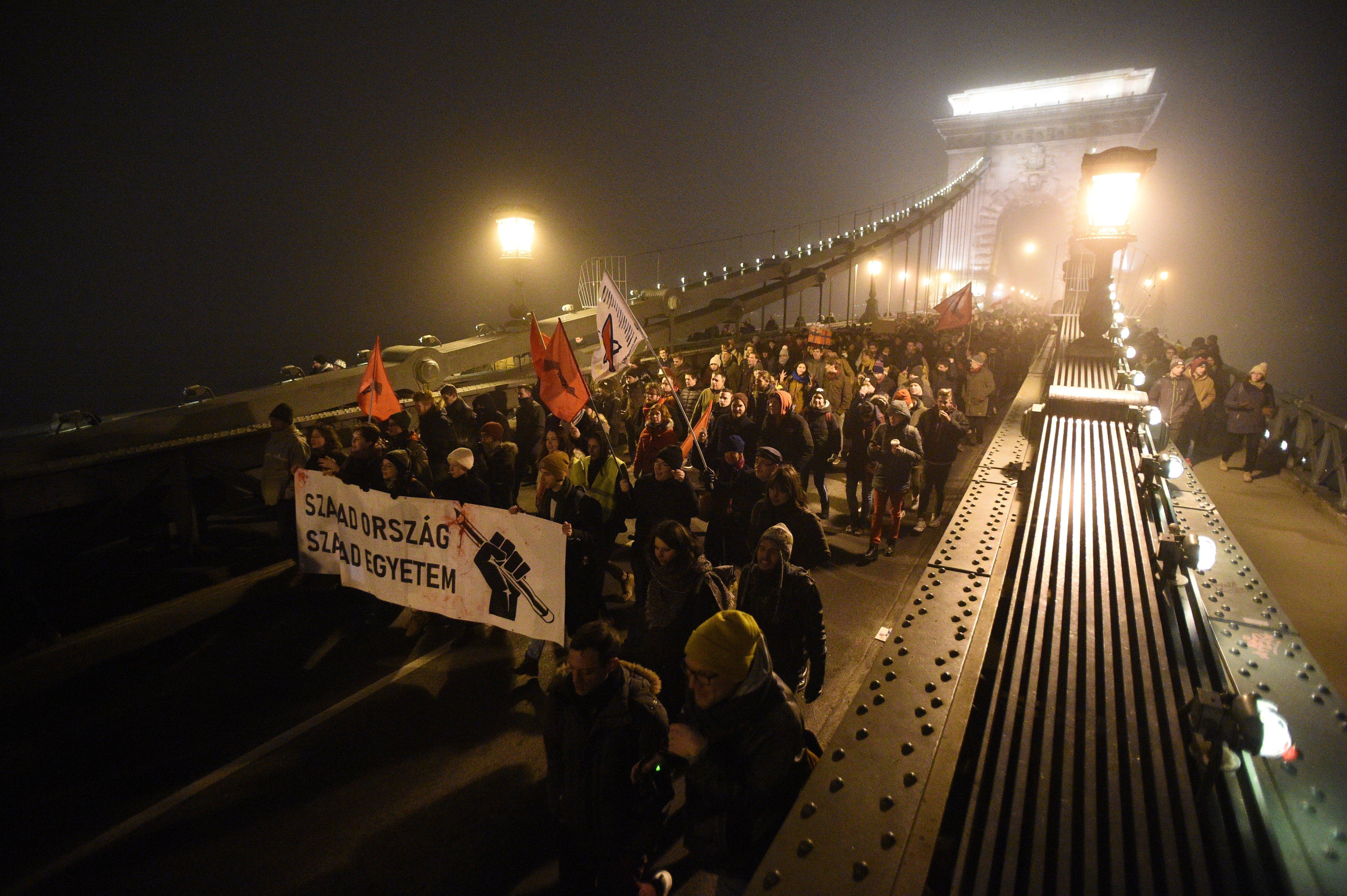 A tüntetés előtt az ellenzéki pártok közös nyilatkozatban figyelmeztetnek a provokátorokra, a belügy a szervezőkre mutogat