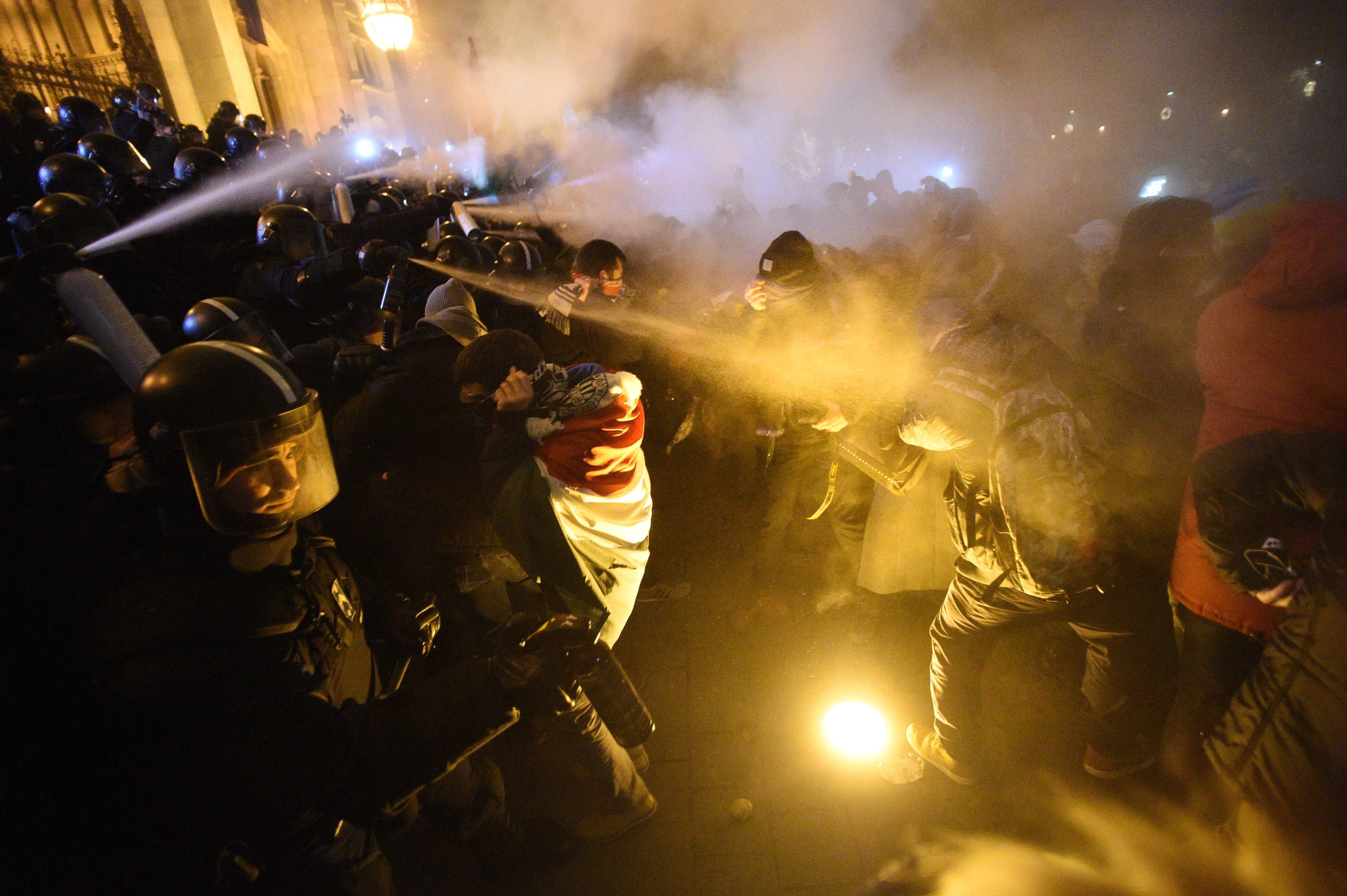 Hídlezárás, füstgránát és könnygáz – a csütörtöki tüntetés képei