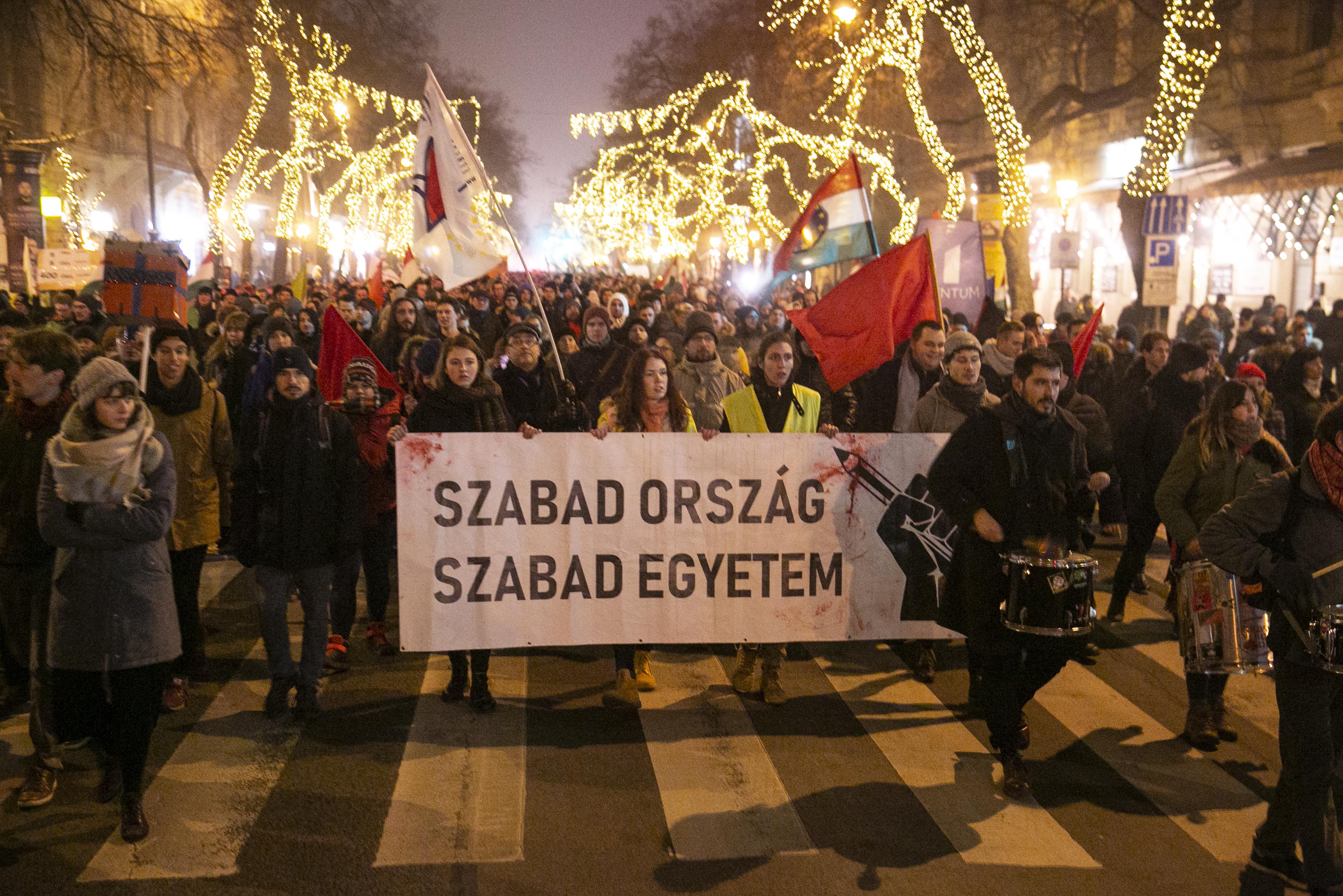 Pénteken is tüntetnek a Kossuth téren