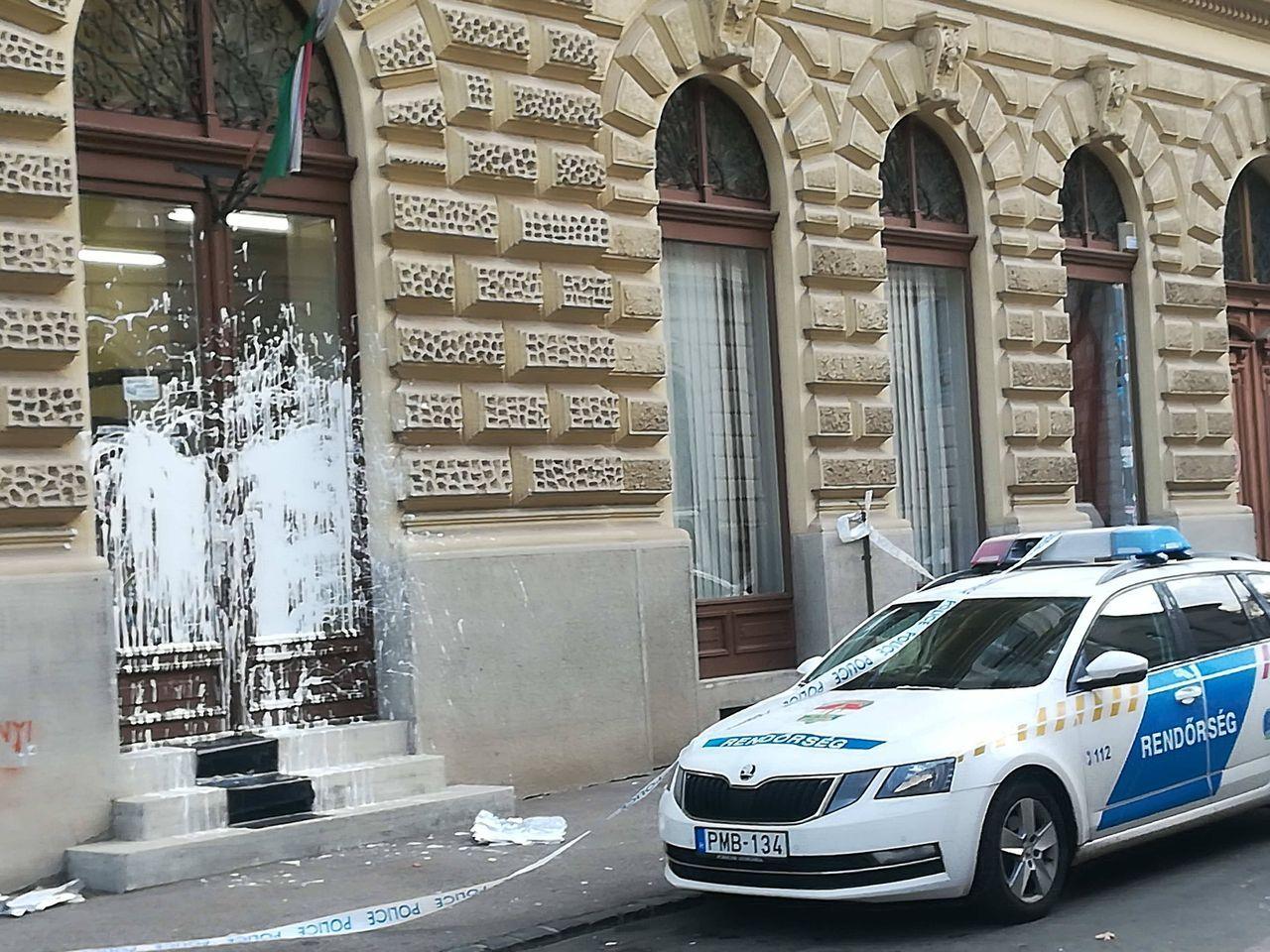 Szerda éjjel betörték, csütörtök éjjel lefestették a szegedi Fidesz-iroda ablakát