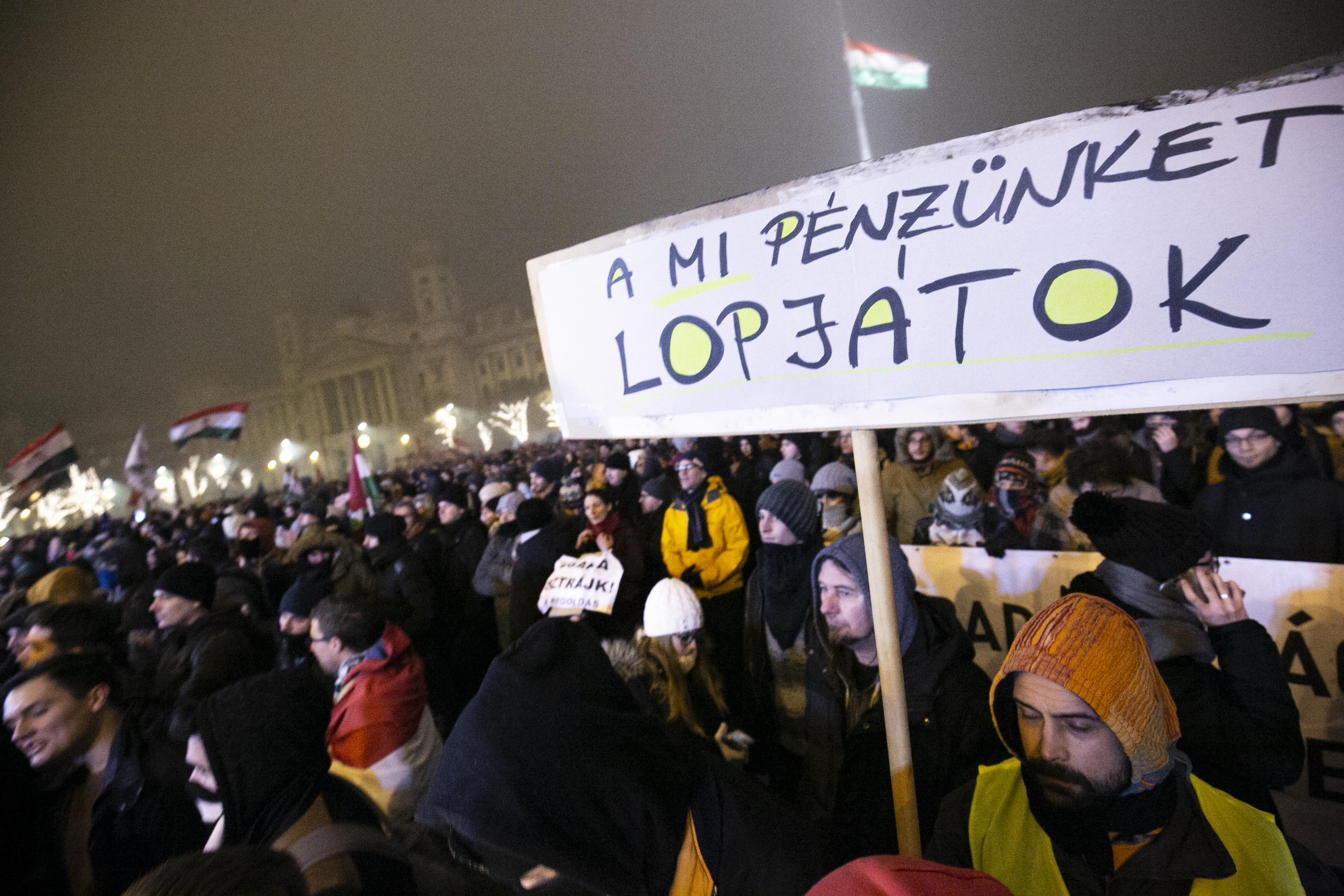 Sorra buknak le a korrupt politikusok a környékünkön, de szerencsére Magyarország határai megállítják a lopást