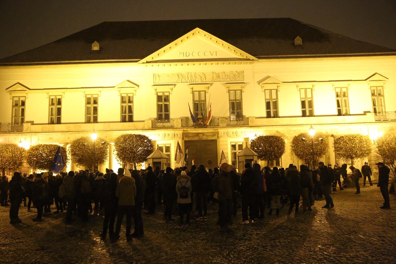 Pár száz tüntető a Sándor-palotához vonult