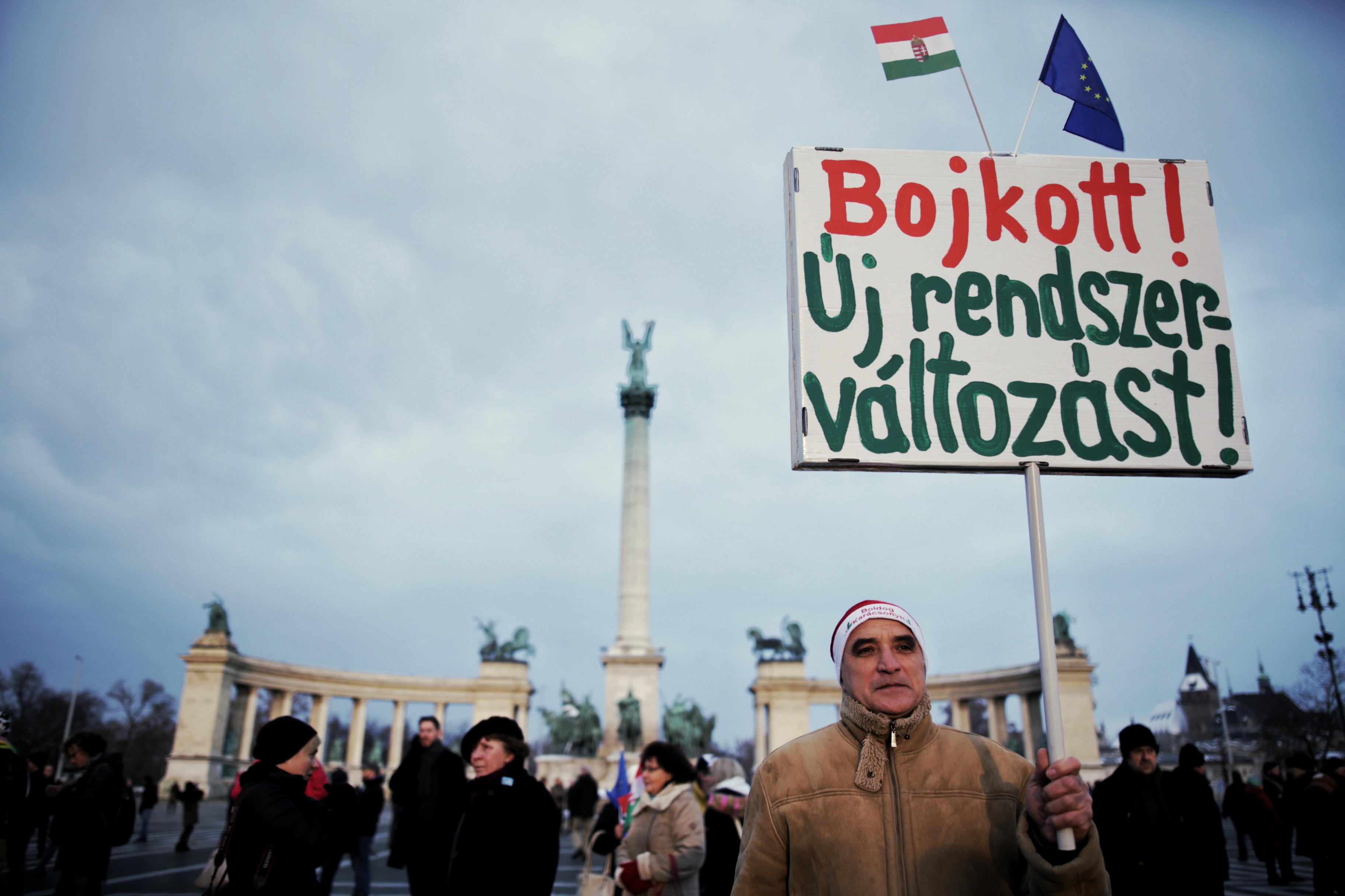 Sok ezer ember tüntetett az Alkotmány utcában a kormány ellen