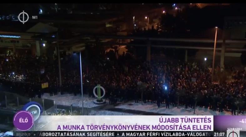 Már az állami tévé is bemondta, hogy megjelentek a tüntetők a székháza előtt