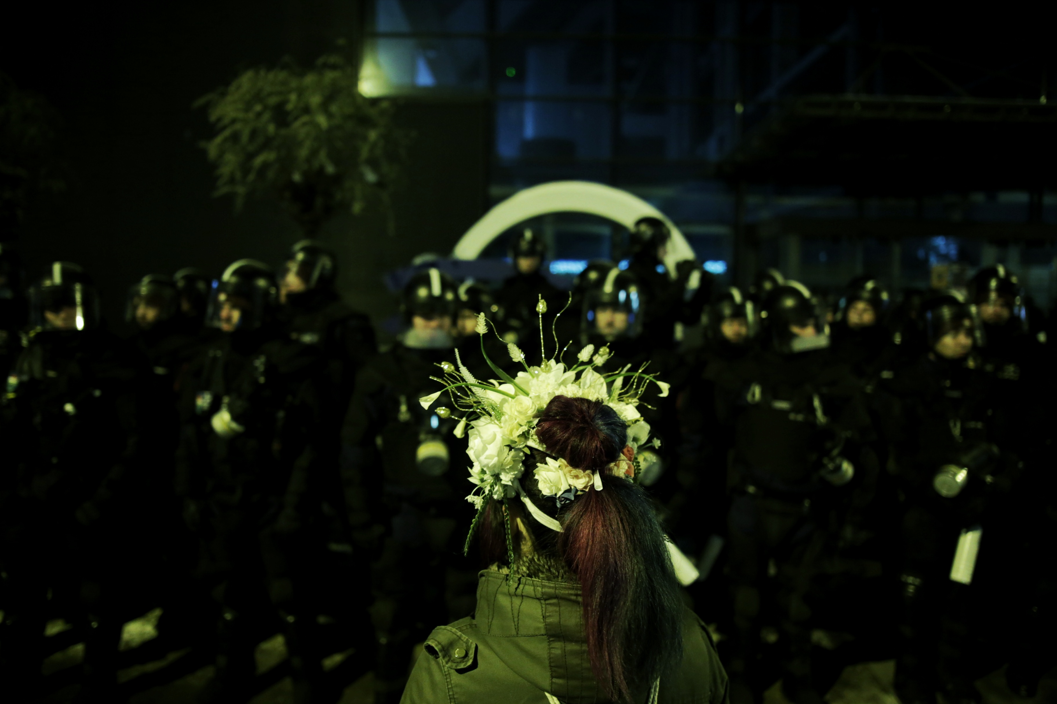 A tüntetők megpróbálták benyomni a rendőrsorfalat, előkerült a könnygáz az MTVA székházánál