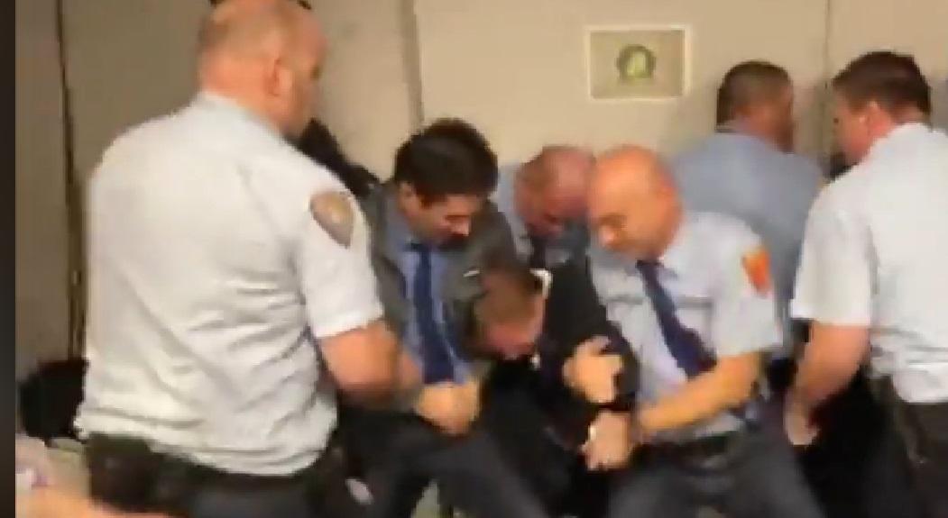 Videón, ahogy leteperik Varju Lászlót a köztévé biztonsági őrei