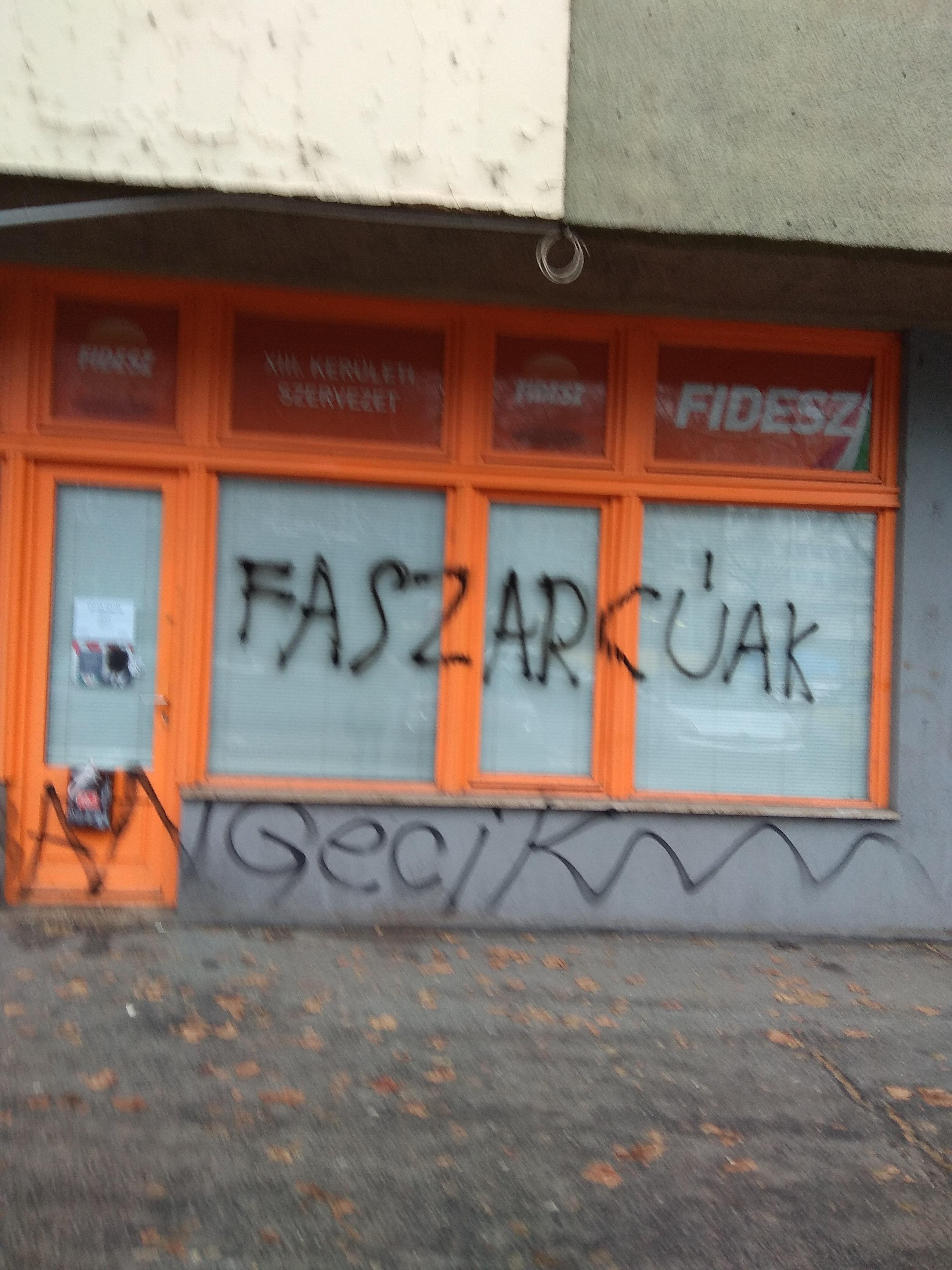 A Váci úti Fidesz-irodát is megrongálták