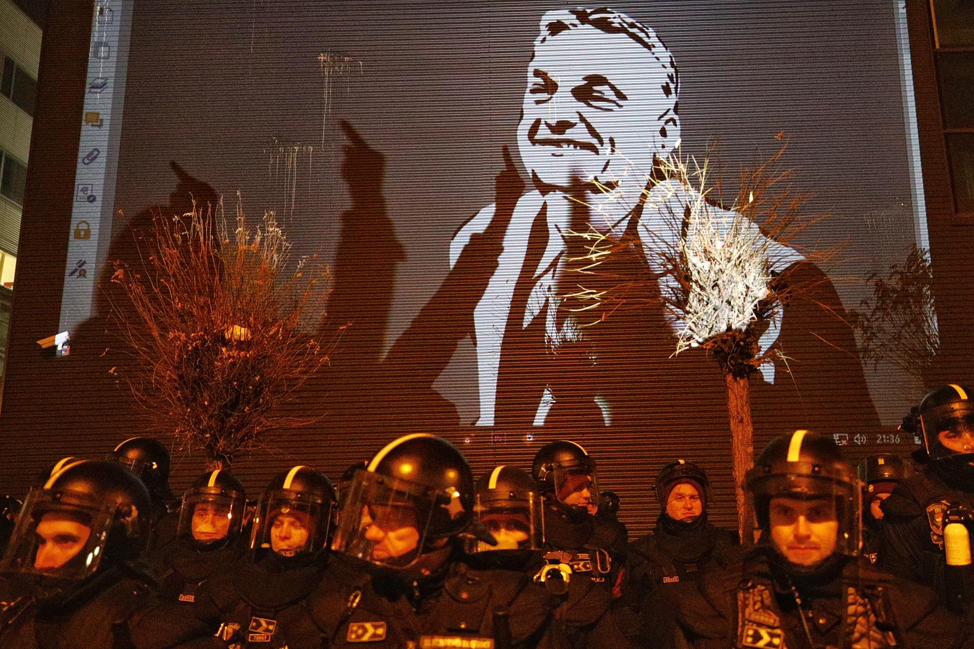 A közmédia kész fegyveres őrökkel megvédeni magát attól, hogy ellenzéki politikusok elmondják náluk a véleményüket