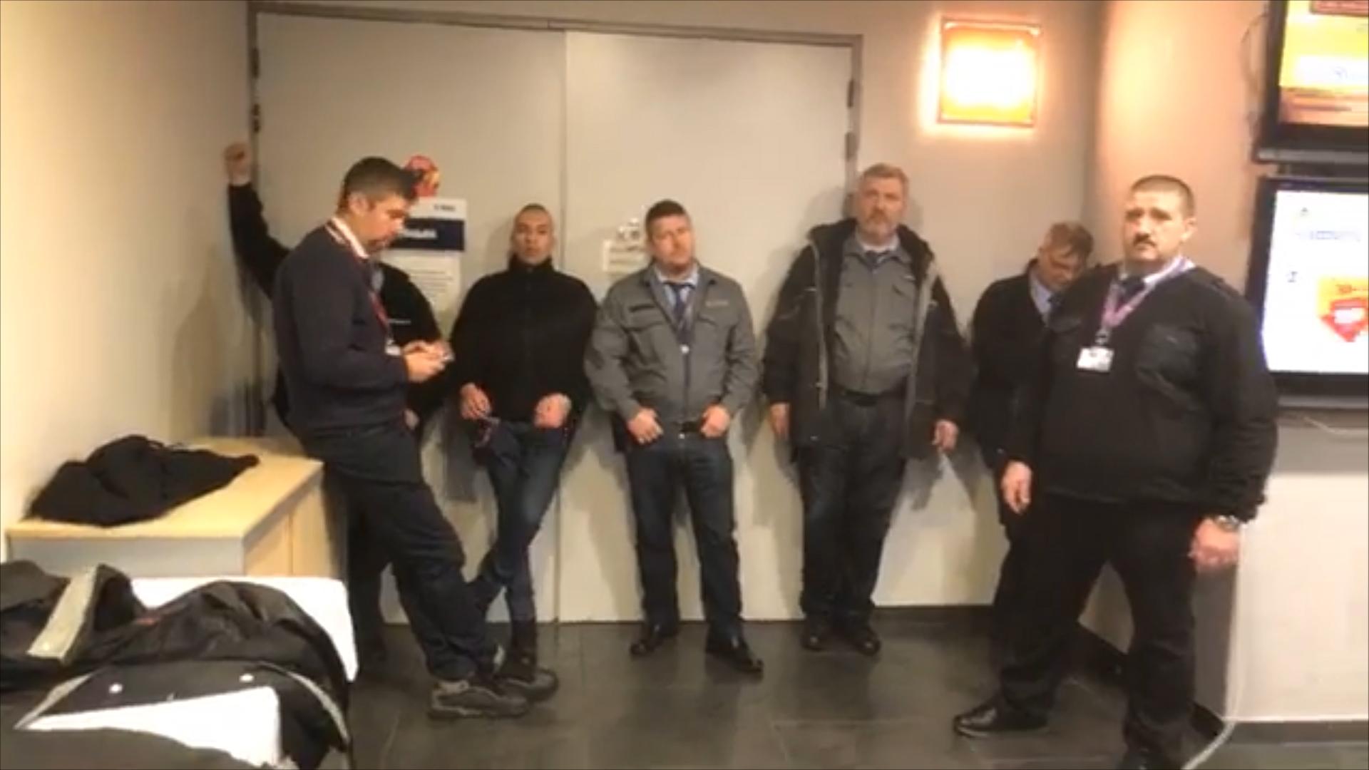Egy pisztolynak látszó tárgy is előkerült, miközben Hadházyval  dulakodtak az MTVA fegyveres őrei, de feltehetően csak egy pisztolytáska volt