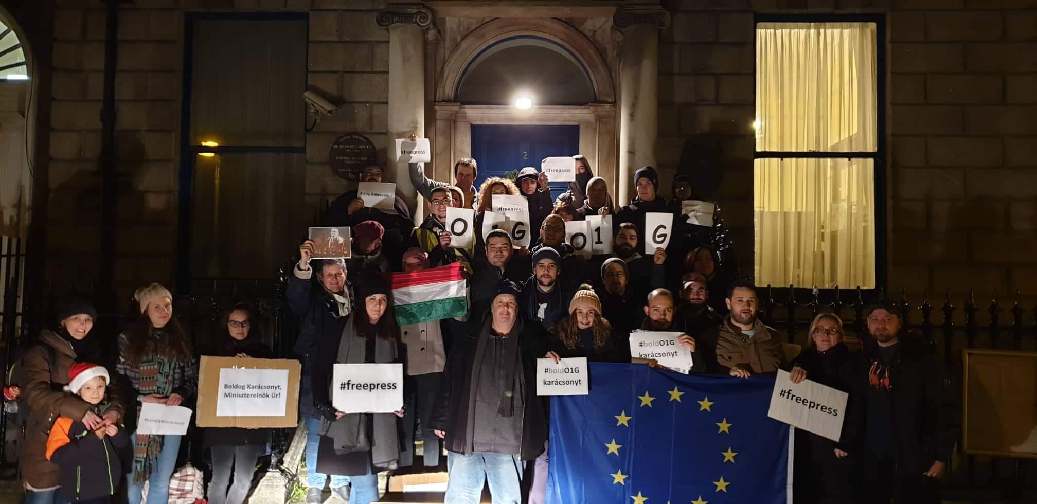 40 tüntető Dublinban át akarta adni az ellenzék 5 pontos követelését Pálffy István nagykövetnek, de nem volt ott