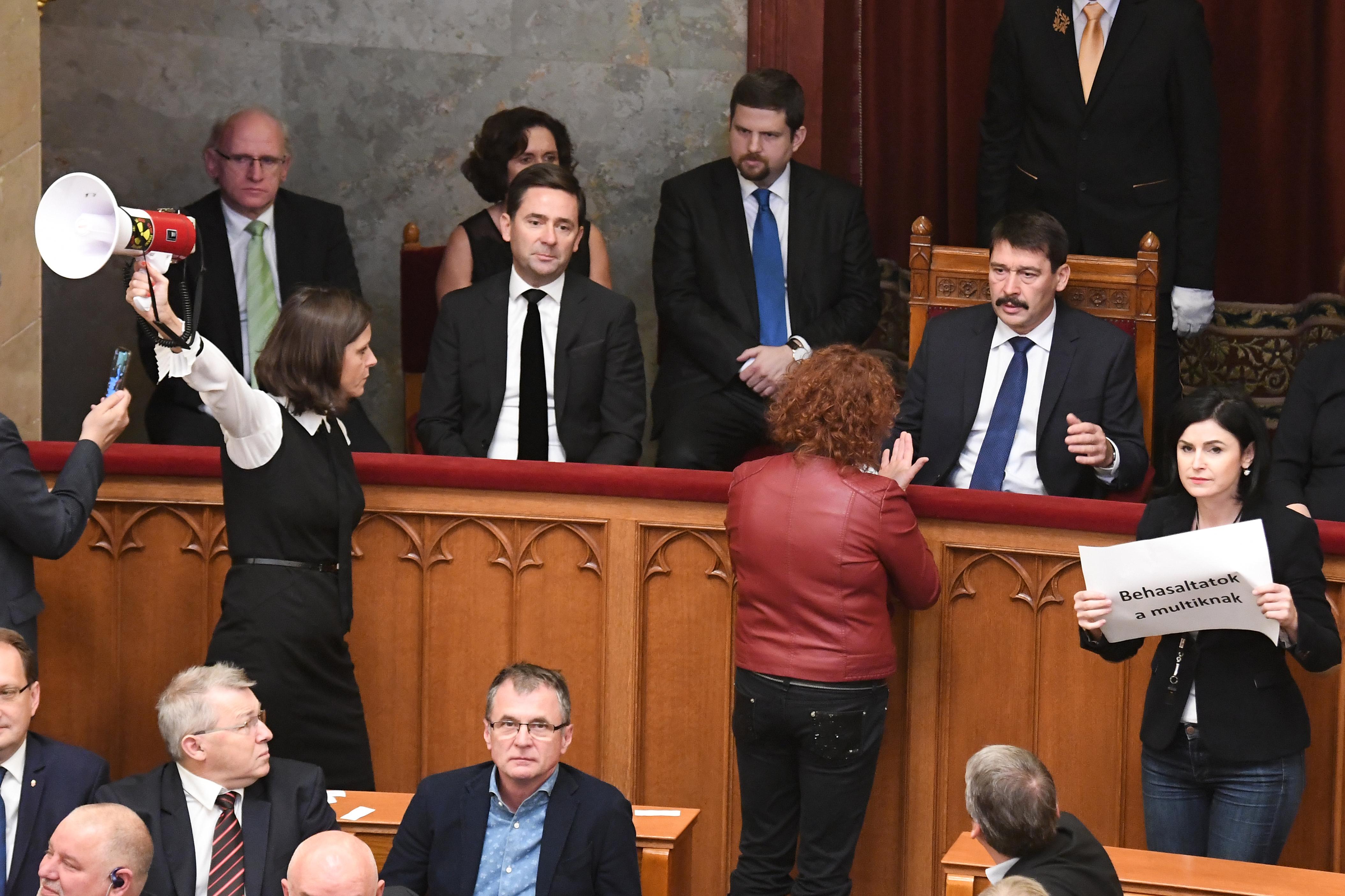 Ádernek a káoszban lezavart szavazásokkal biztos nem lesz baja, amikor aláírja a törvényeket