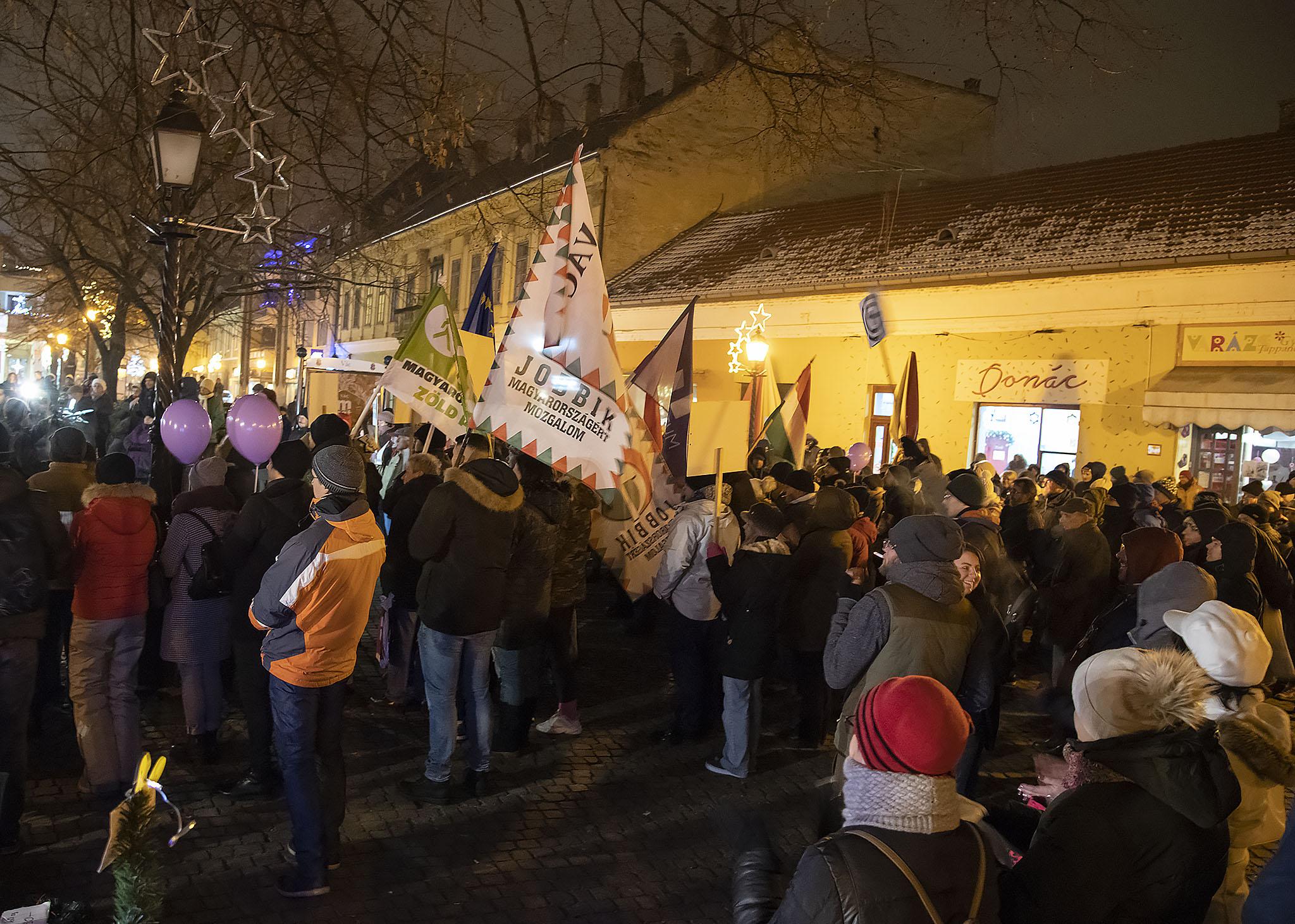 Több száz ember tüntetett a kormány ellen Vácon is