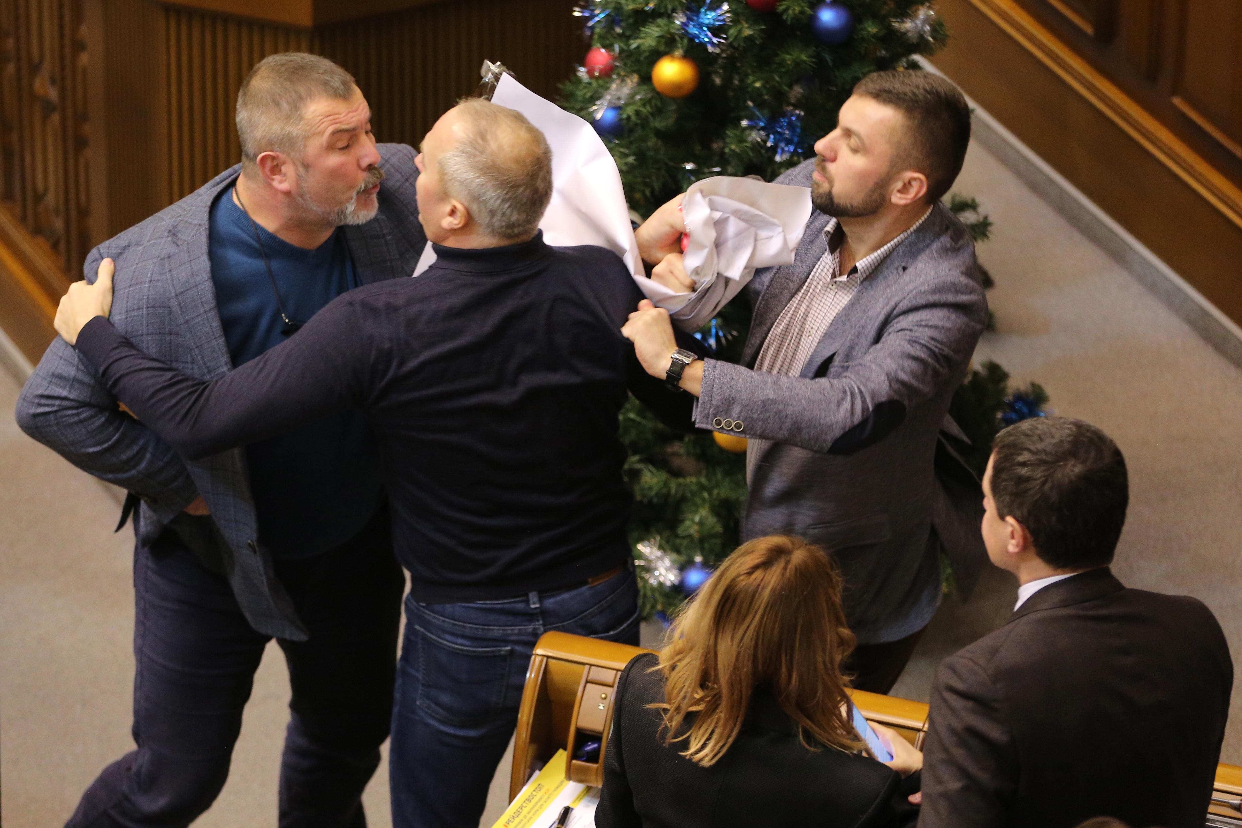 Szavaztak, aztán verekedtek a kijevi képviselők