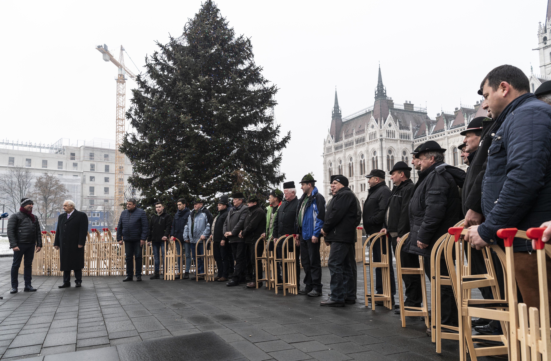 10 új szánkót vitt a Kossuth térre a Gyimesvölgye Férfikórus, Latorcai János fogadta őket az ország karácsonyfájánál