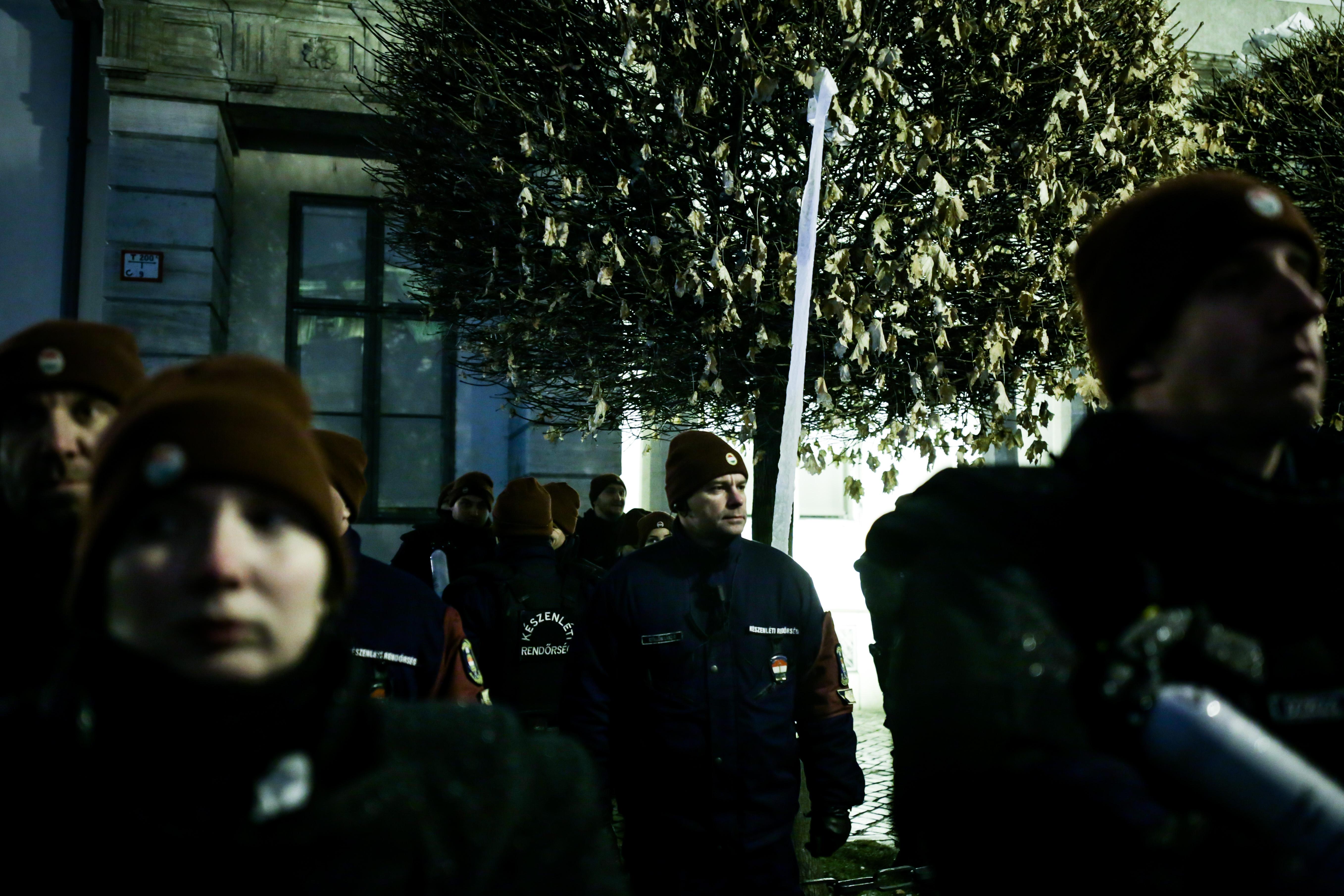 Előállítottak egy tüntetőt, aki megdobta a Sándor-palotát