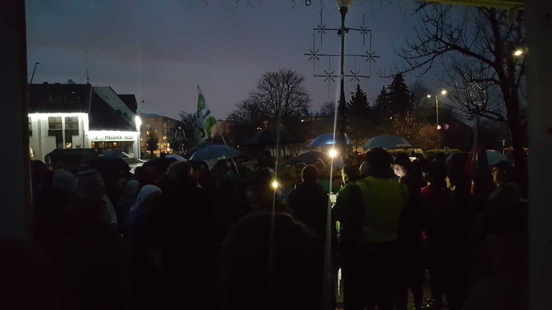 Lekapcsolták a közvilágítást, miközben a túlóratörvény ellen tüntettek Érd főterén