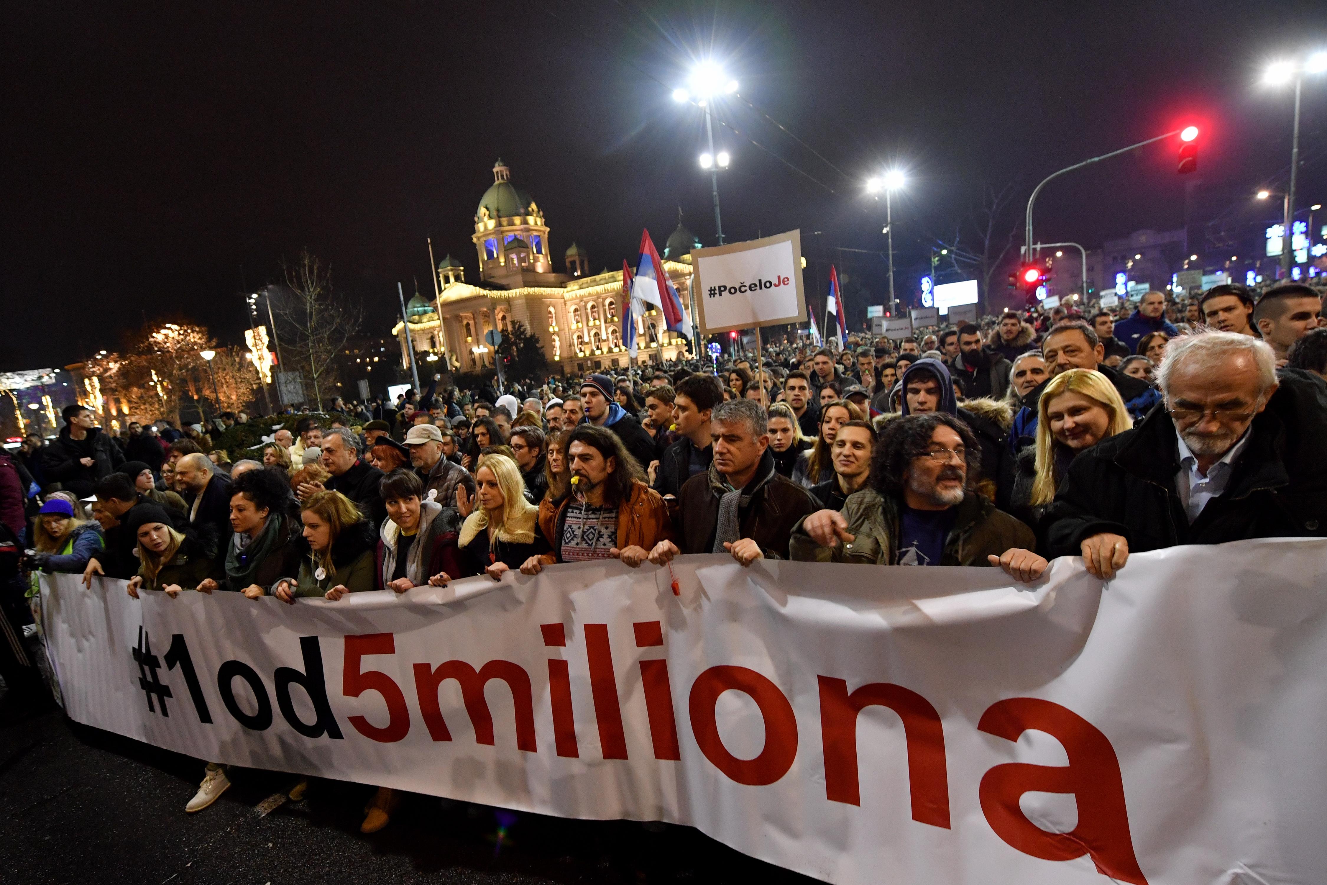 Tízezrek tüntettek Belgrádban a kormány és a kormánypárti közmédia ellen