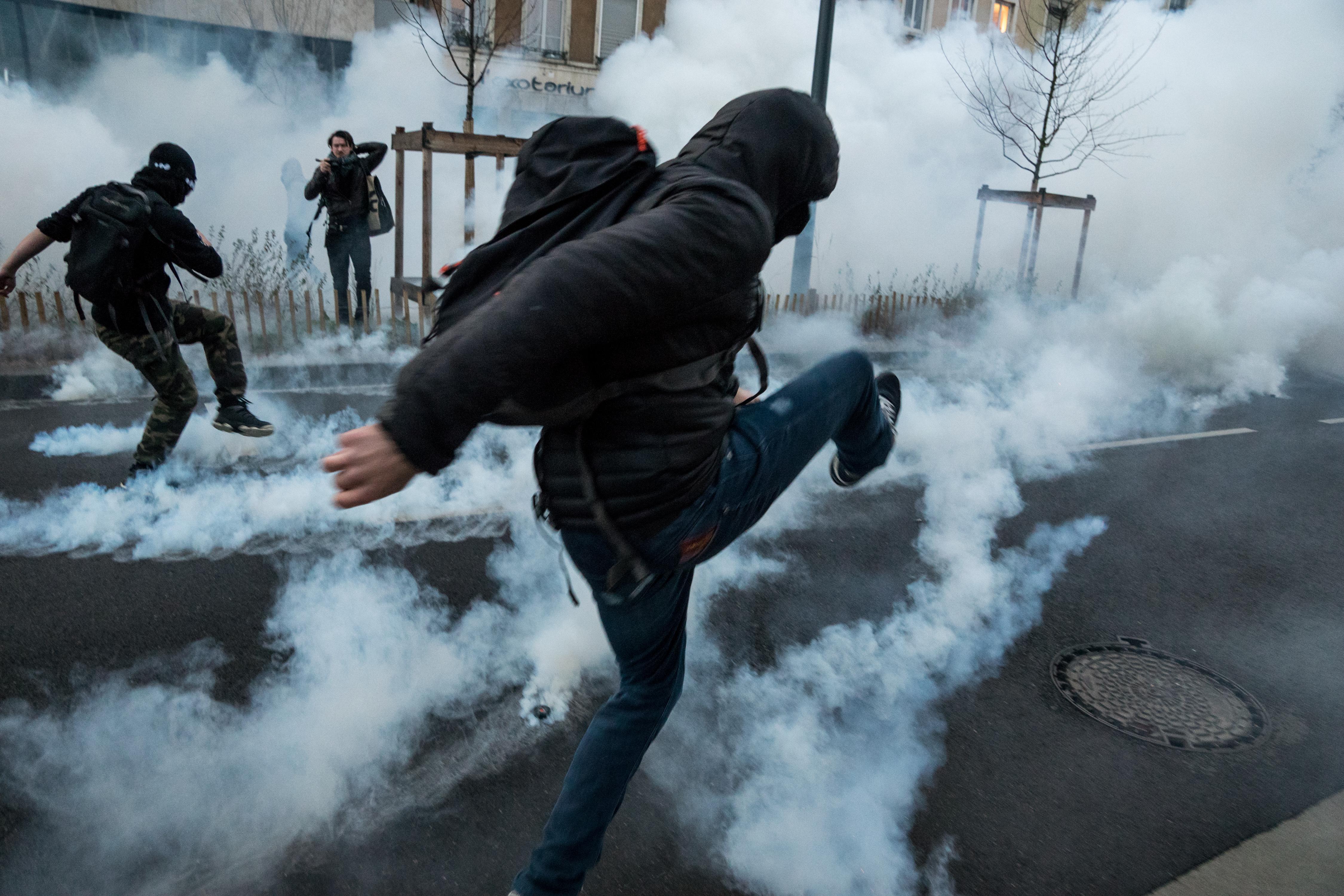 Motorjukat hátrahagyva menekültek a francia rendőrök a rájuk támadó tüntetők elől