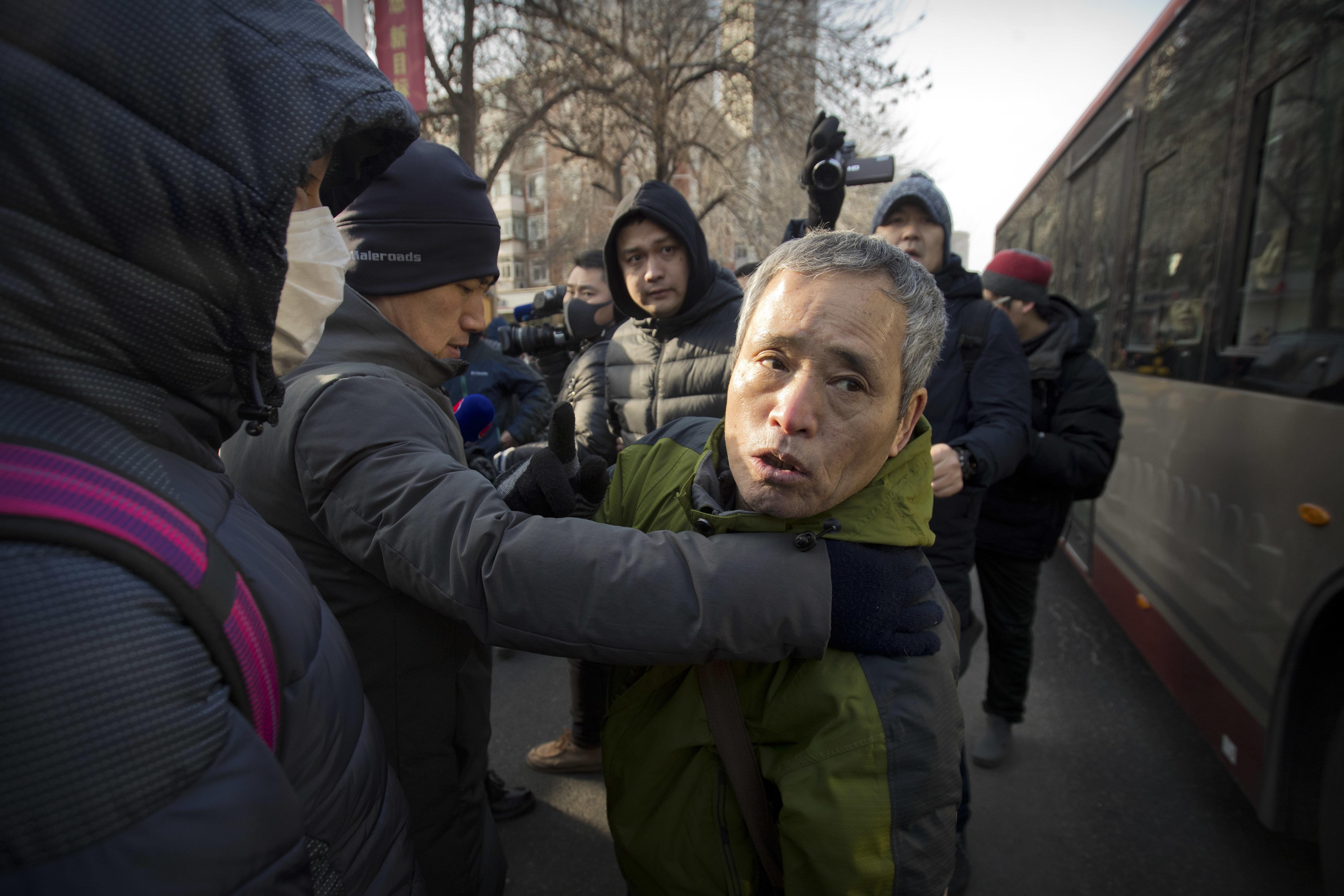 Tüntetőket hurcoltak el egy kínai jogvédő tárgyalásáról Tiencsinben