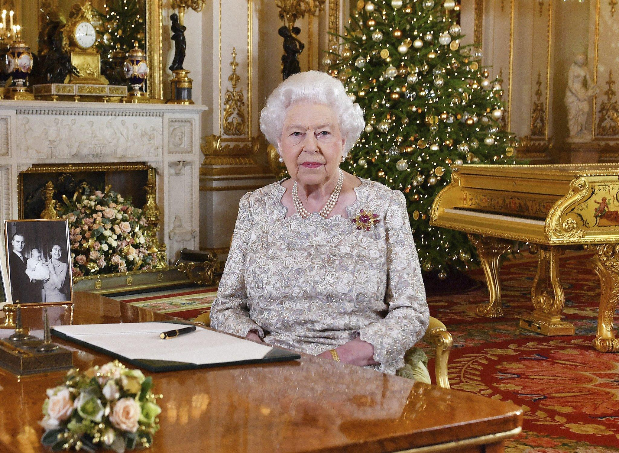 Nem aratott osztatlan sikert, hogy II. Erzsébet karácsonyi beszédében egy aranyozott zongora elől beszélt a szegénységről és a megszorításokról