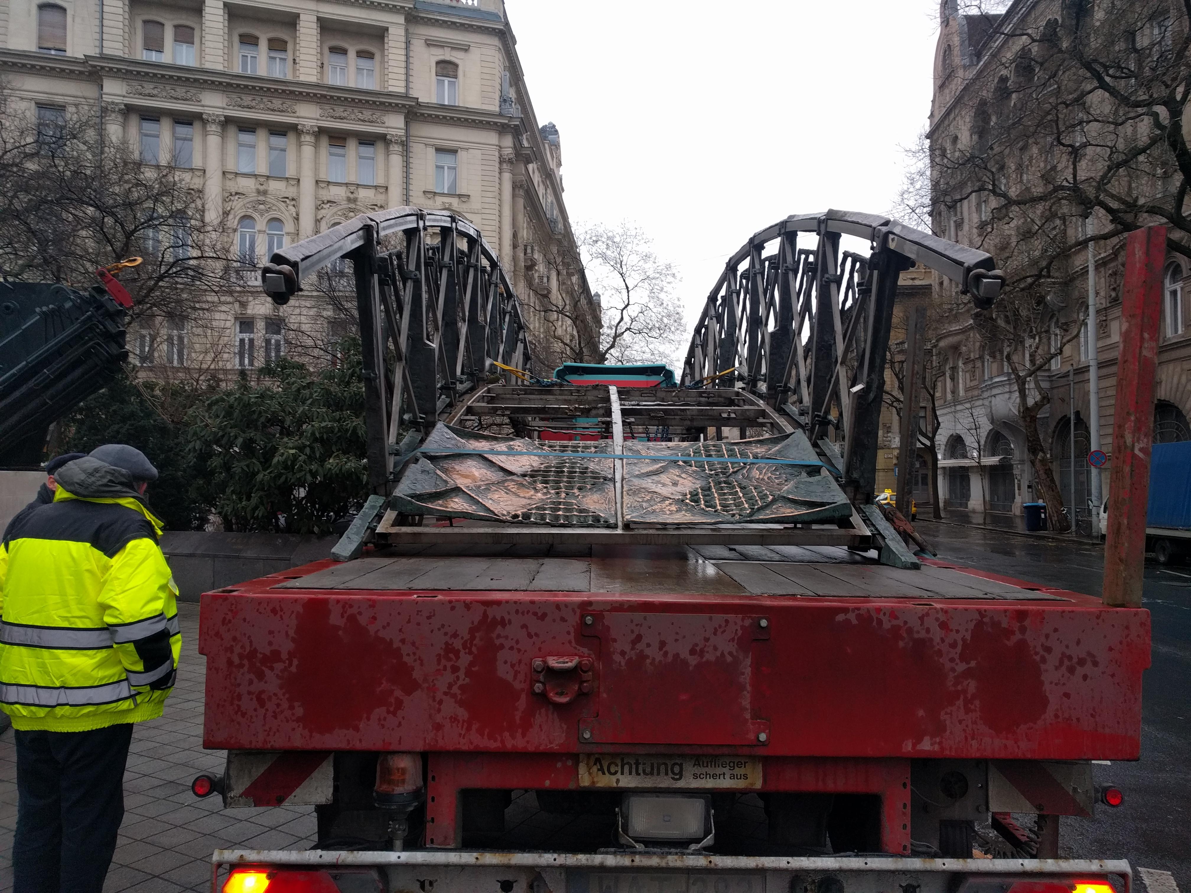 Az éj leple alatt bontották el Nagy Imre szobrát a Kossuth tér sarkáról