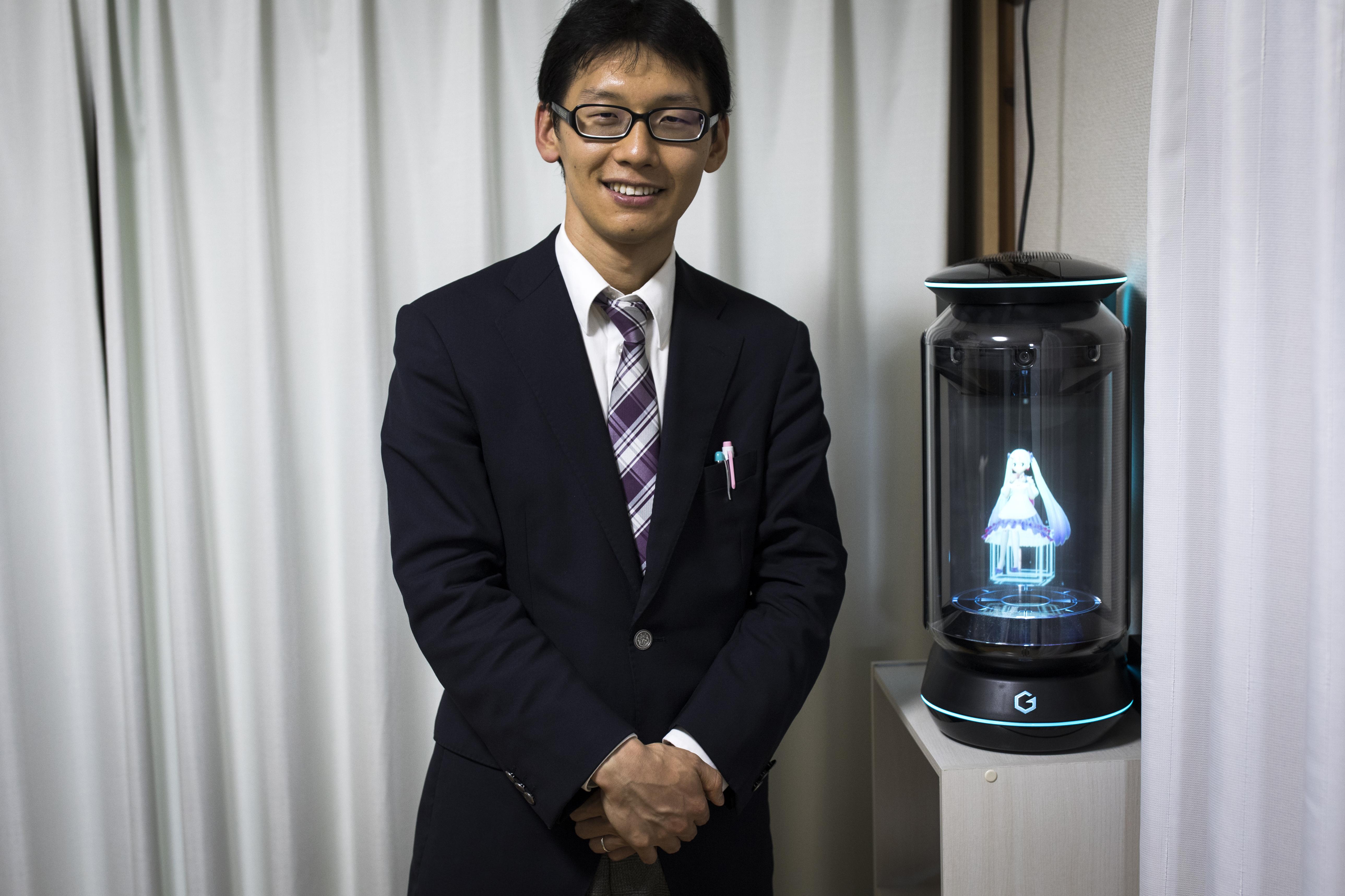 Egy japán férfi összeházasodott egy hologrammal