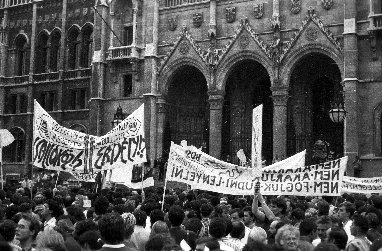 30 éve a sajtószabadság felé közeledtünk, a tüntetéseket természetesnek tartotta a párt, és leállították az értelmiség elleni hangolást