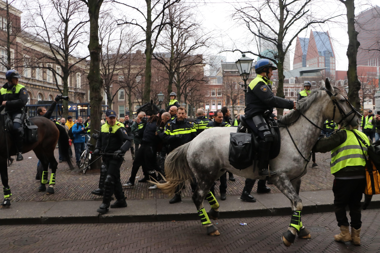 Lovasrendőrök kergették szét a sárga mellényesek tüntetését Hágában