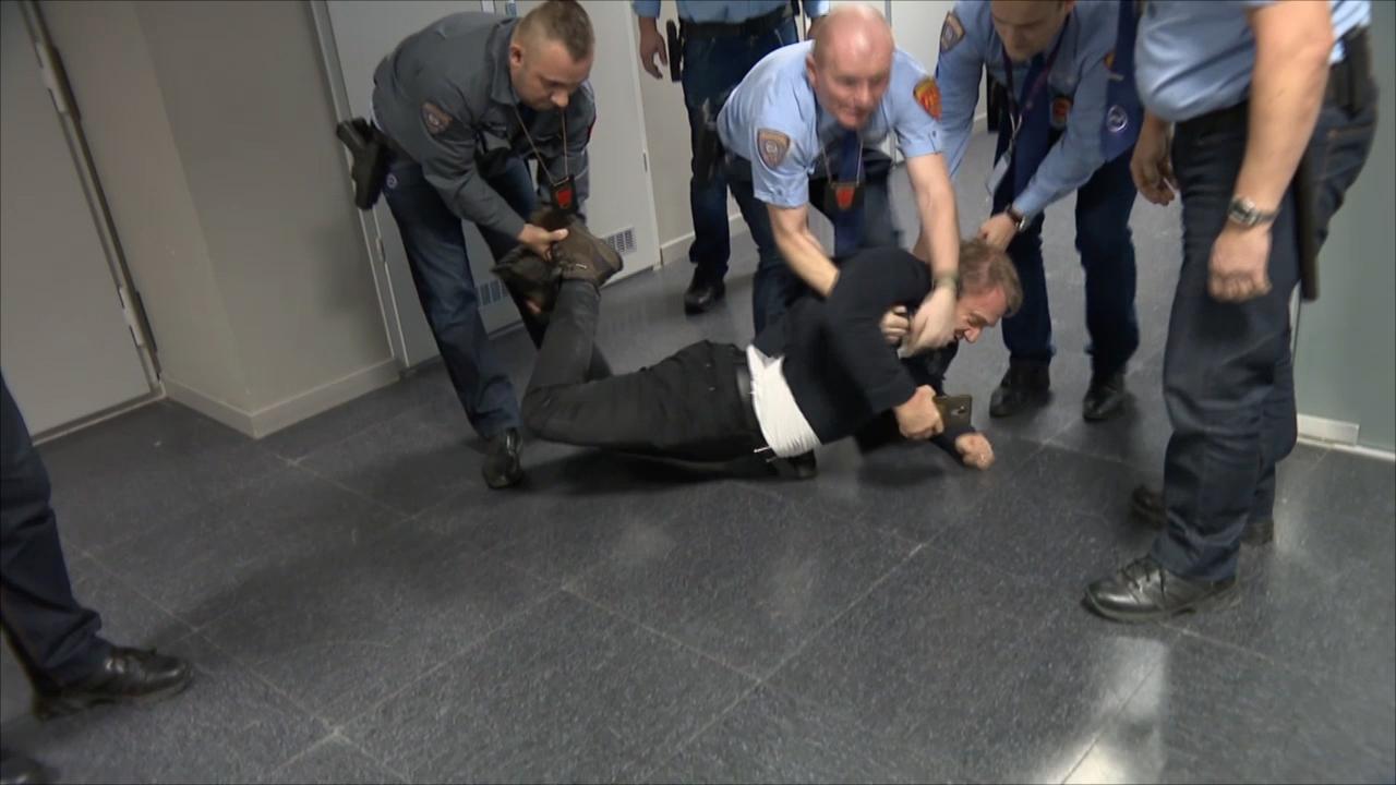 Fegyveres őrök erőszakkal kényszerítik, rángatják és teperik földre Varju Lászlót egy eddig titkolt MTVA-s felvételen